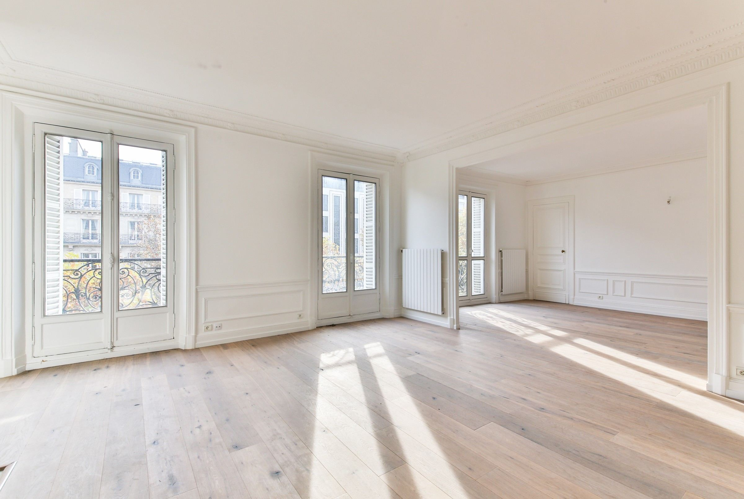 Property For Sale at Paris 8 - Friedland. A 130 sq.m apartment, sunny