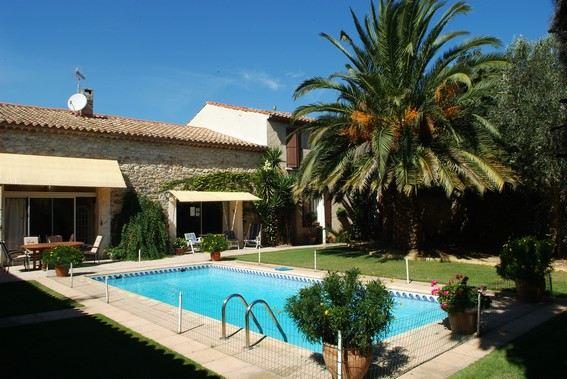 Single Family Home for Sale at Grande maison de ville avec piscine et garage Narbonne, Languedoc-Roussillon, 11100 France