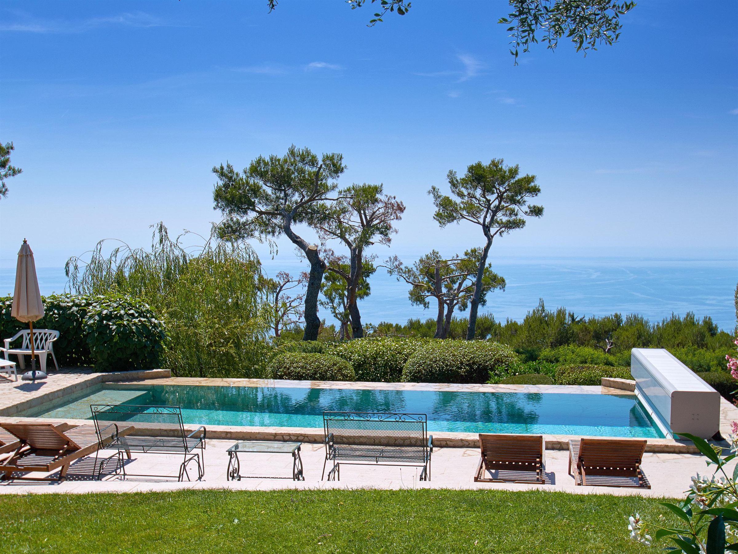 Einfamilienhaus für Verkauf beim Beautiful villa in a private estate with panoramic views to the sea Eze, Provence-Alpes-Cote D'Azur 06360 Frankreich