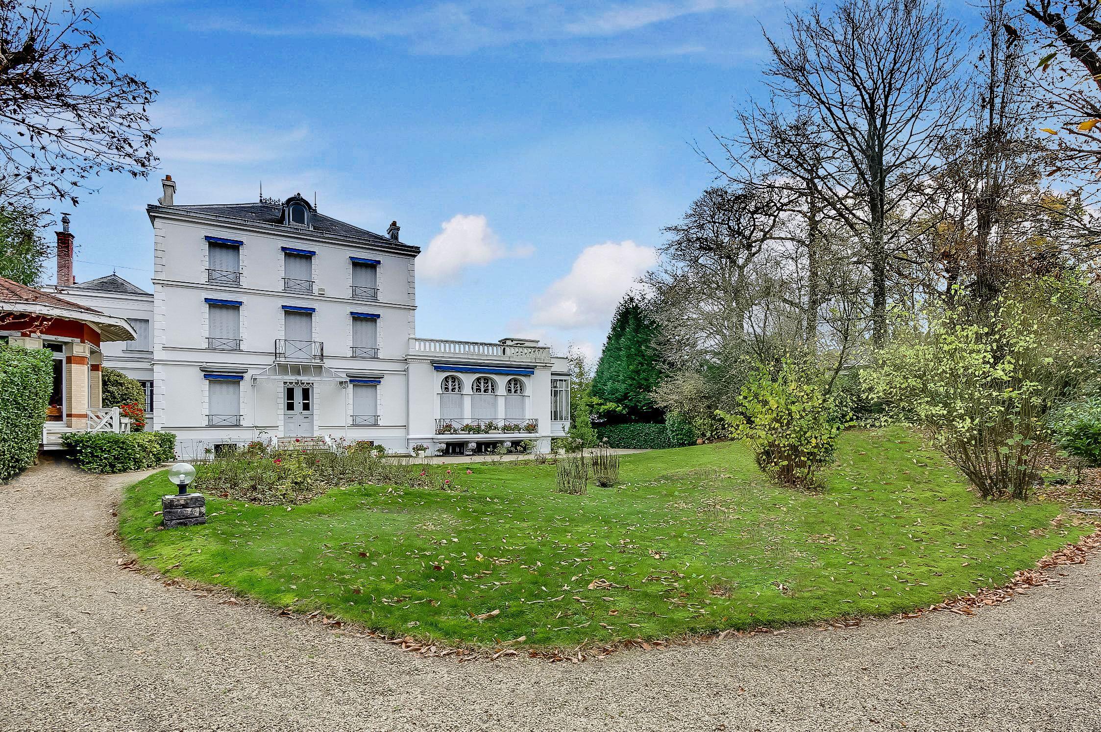 Casa Unifamiliar por un Venta en Elegant Property for sale, 3 levels, Golf de St Cloud, 11 rooms Vaucresson, Ile-De-France, 92420 Francia
