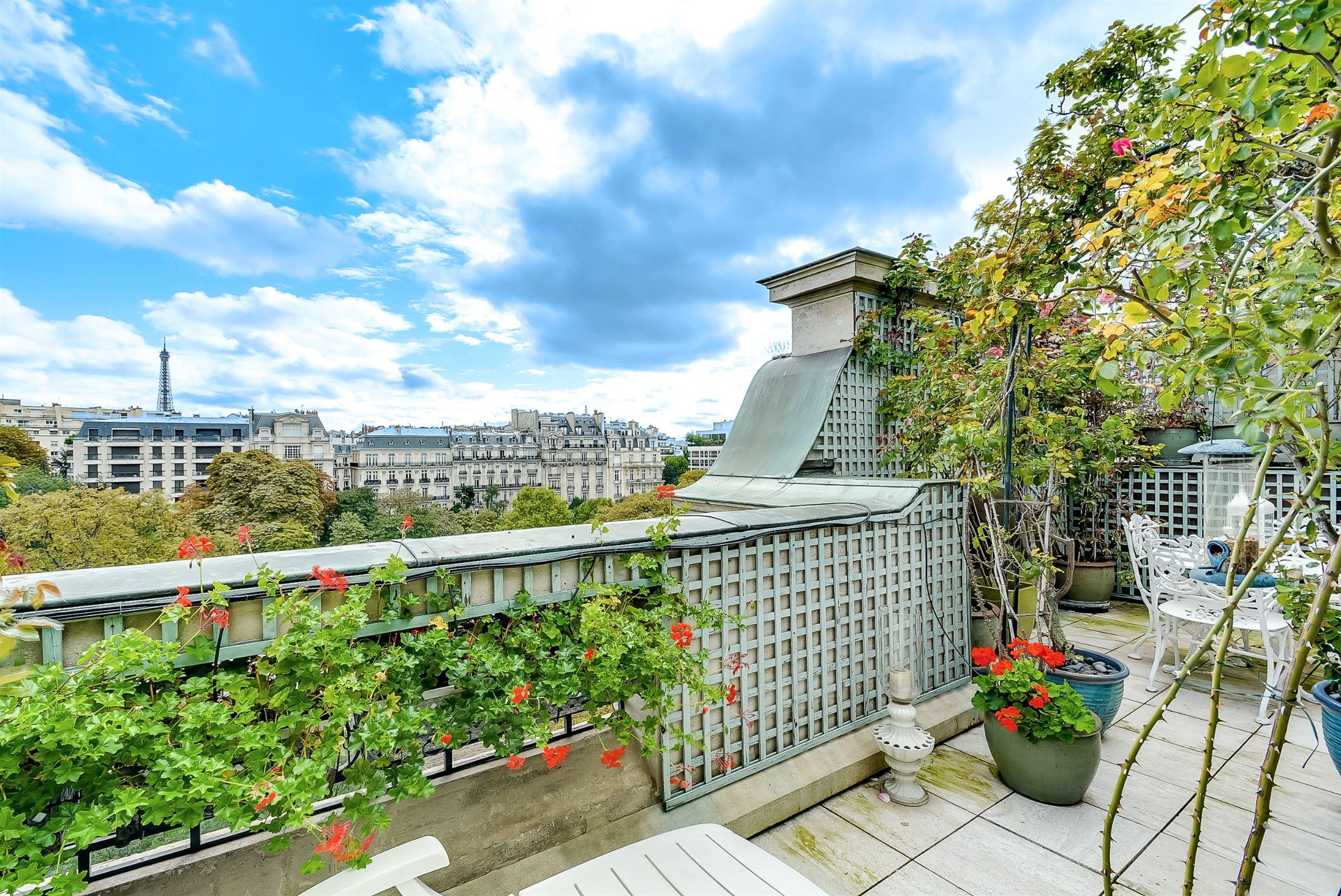 sales property at Paris 16 - Foch. Penthouse facing South.