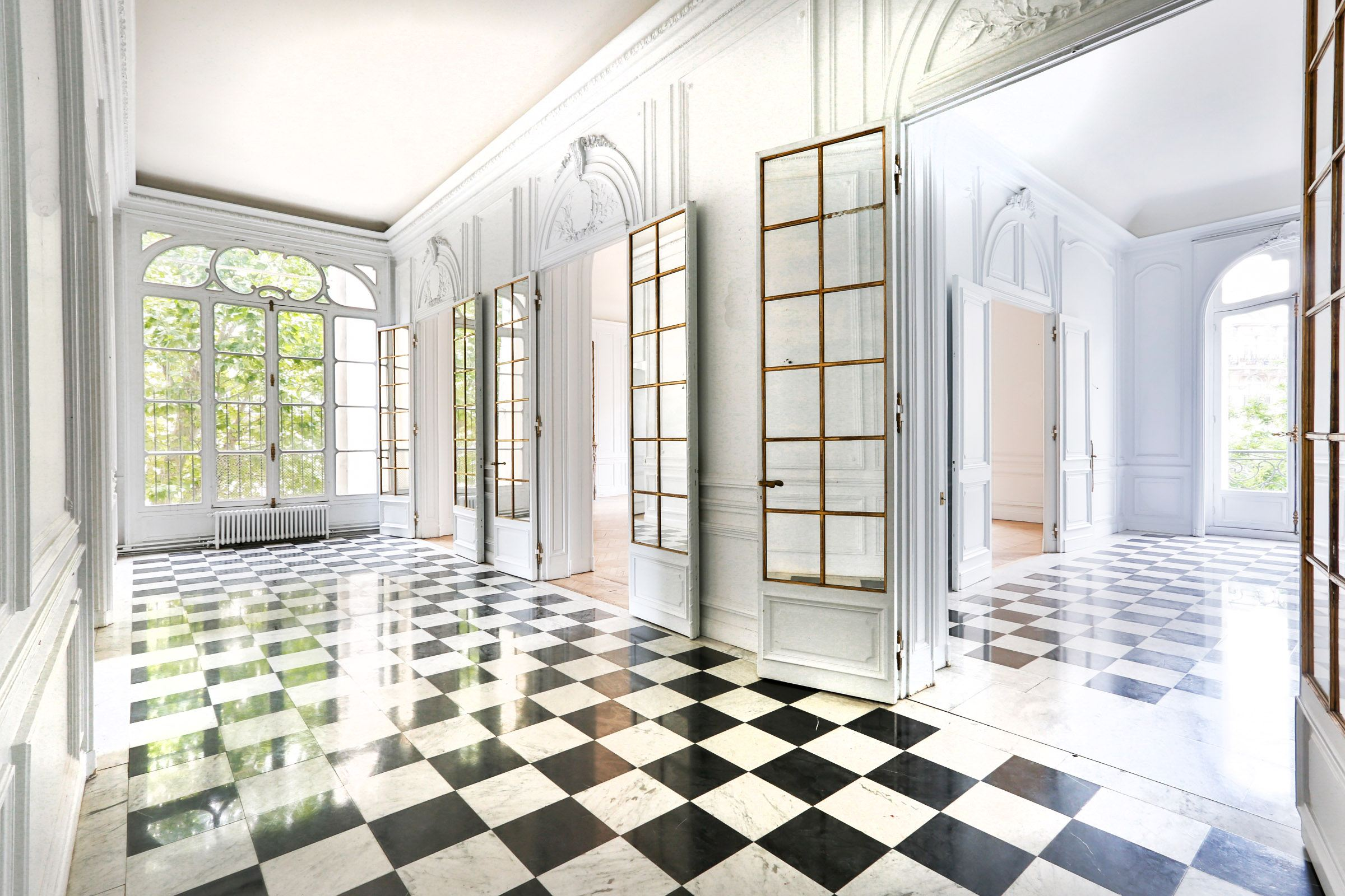 Appartamento per Vendita alle ore Paris 16 - Victor Hugo square. Apartment to renovate. Paris, Parigi 75116 Francia