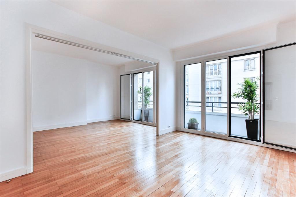 Apartamento por un Venta en Paris 17 - Pereire. Apartment of 74 m² + balcony. Sunny and good lay-out. Paris, Paris 75017 Francia