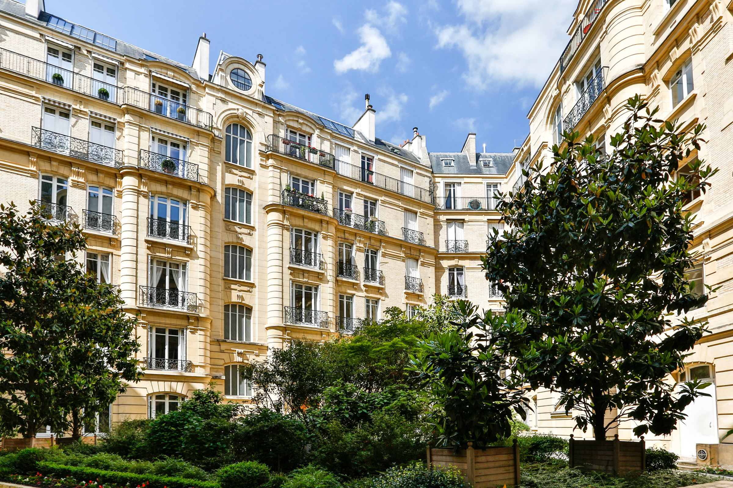 Property For Sale at Paris 16 - Pompe. Apartment of 170 sq.m., sunny, South-West exposure