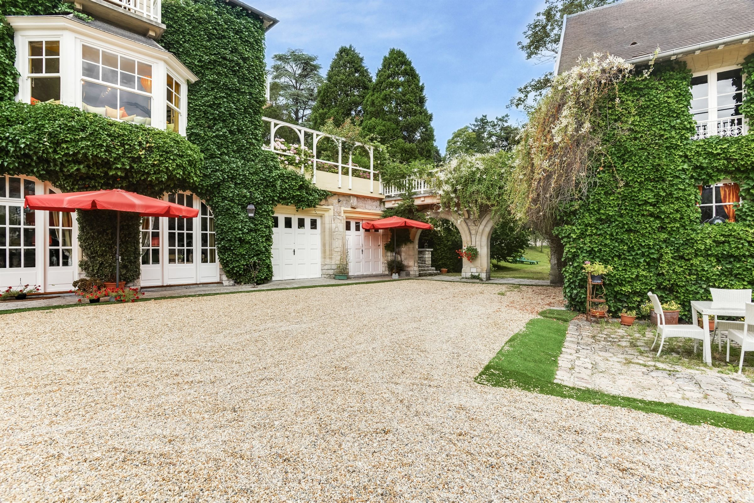sales property at Near Chantilly, Rare Standing Property, 430 m² Hab. 8 Boxes Swimming Pool
