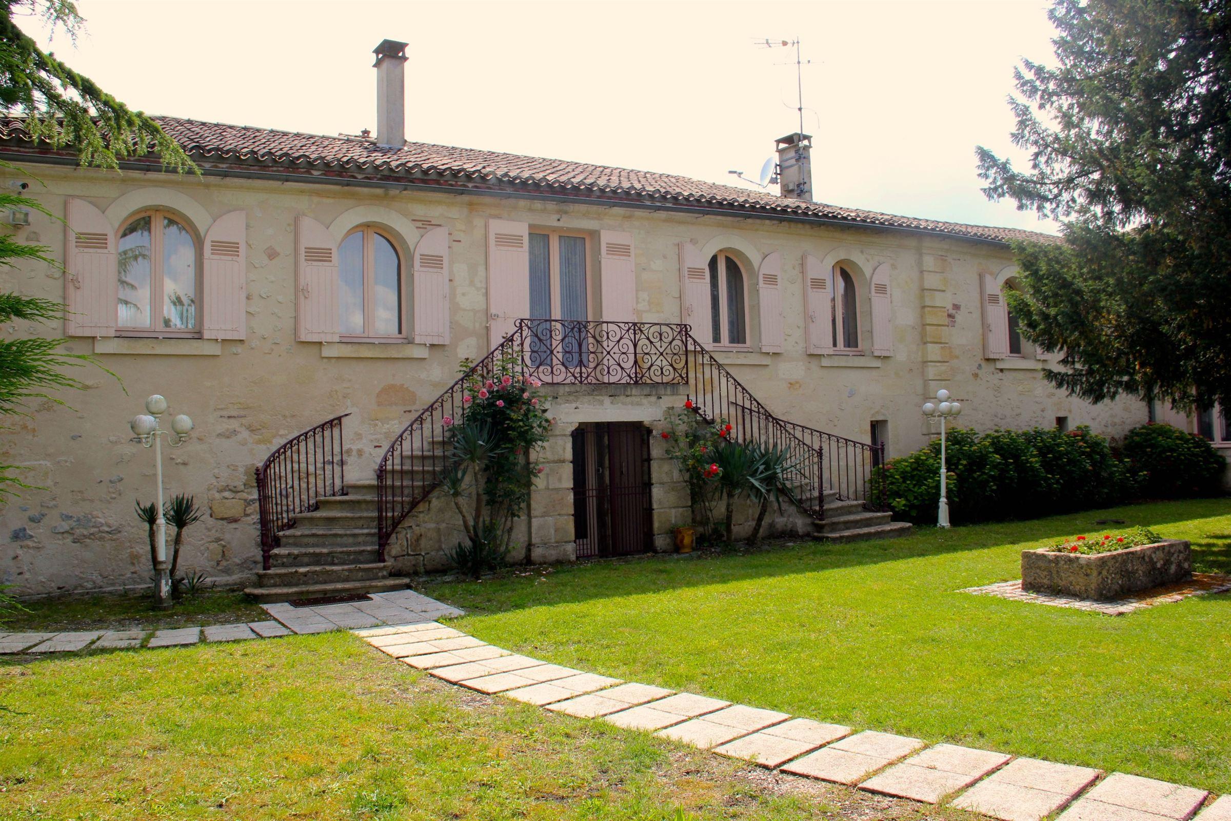 Maison unifamiliale pour l Vente à BORDEAUX LEFT BANK – 15 k FROM BORDEAUX – FORMER 13 HA WINERY Bordeaux, Aquitaine, 33000 France