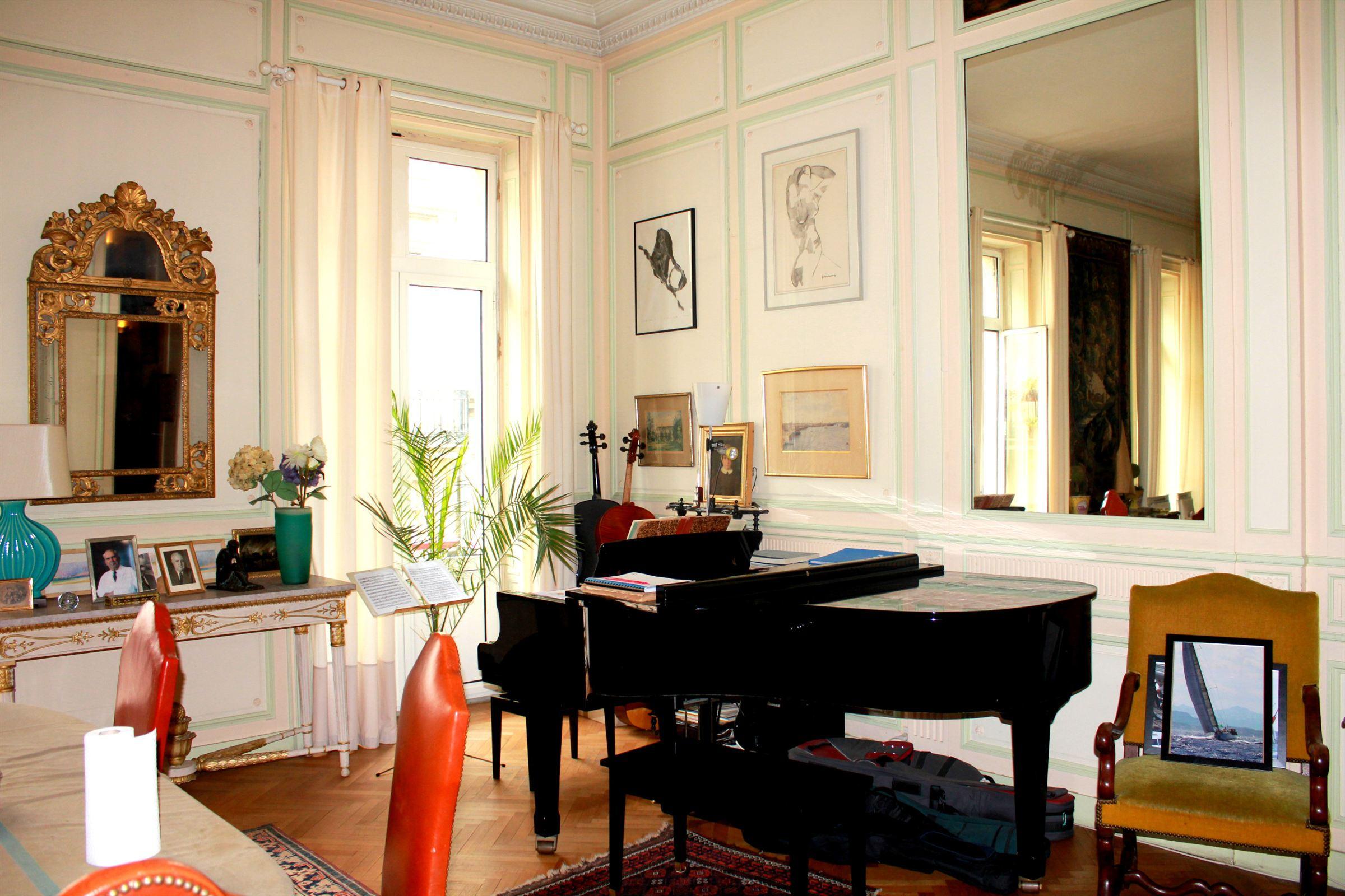 Appartement pour l Vente à BORDEAUX DOWNTOWN - RARE 18TH CENTURY APARTMENT WITH INDEPENDENT STUDIO Bordeaux, Aquitaine 33000 France
