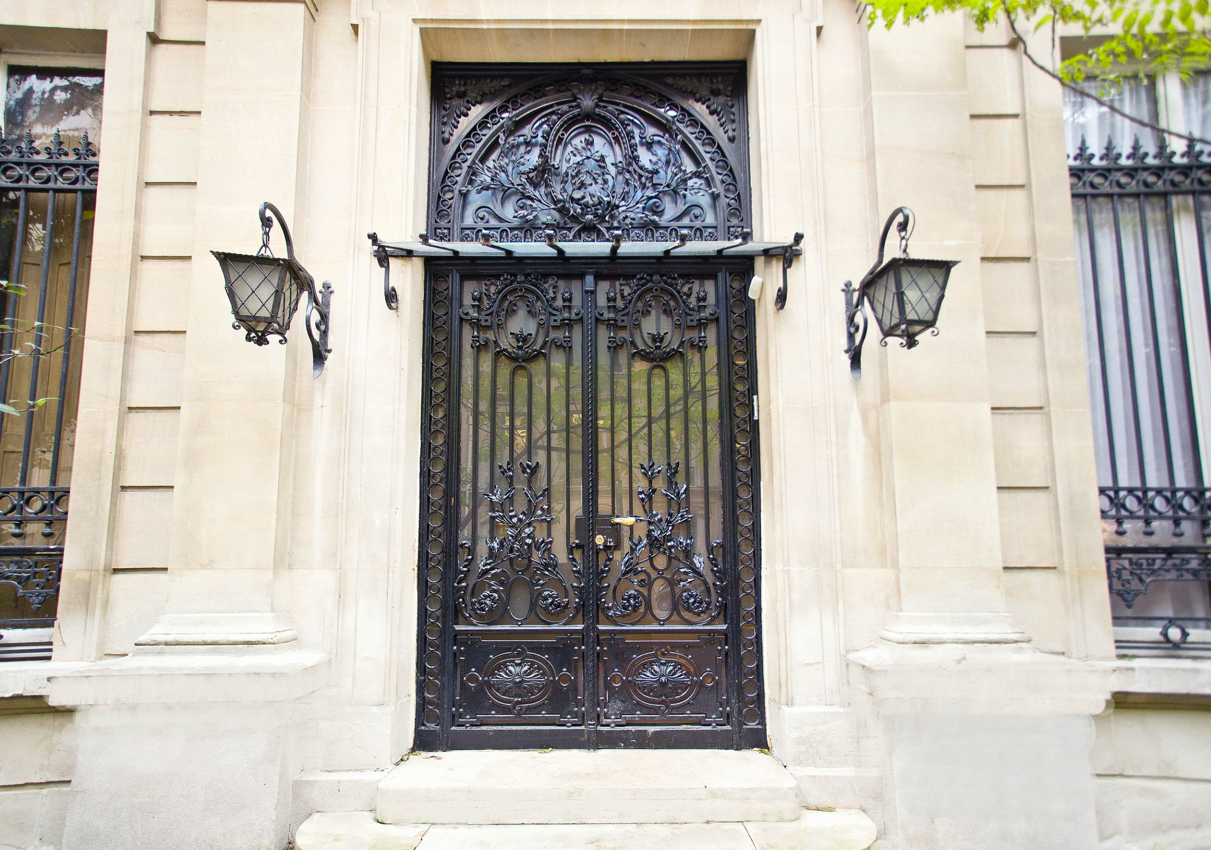 sales property at Paris 8th - Golden Triangle. Private mansion of 652 sq.m., rare, 300 sq.m garden