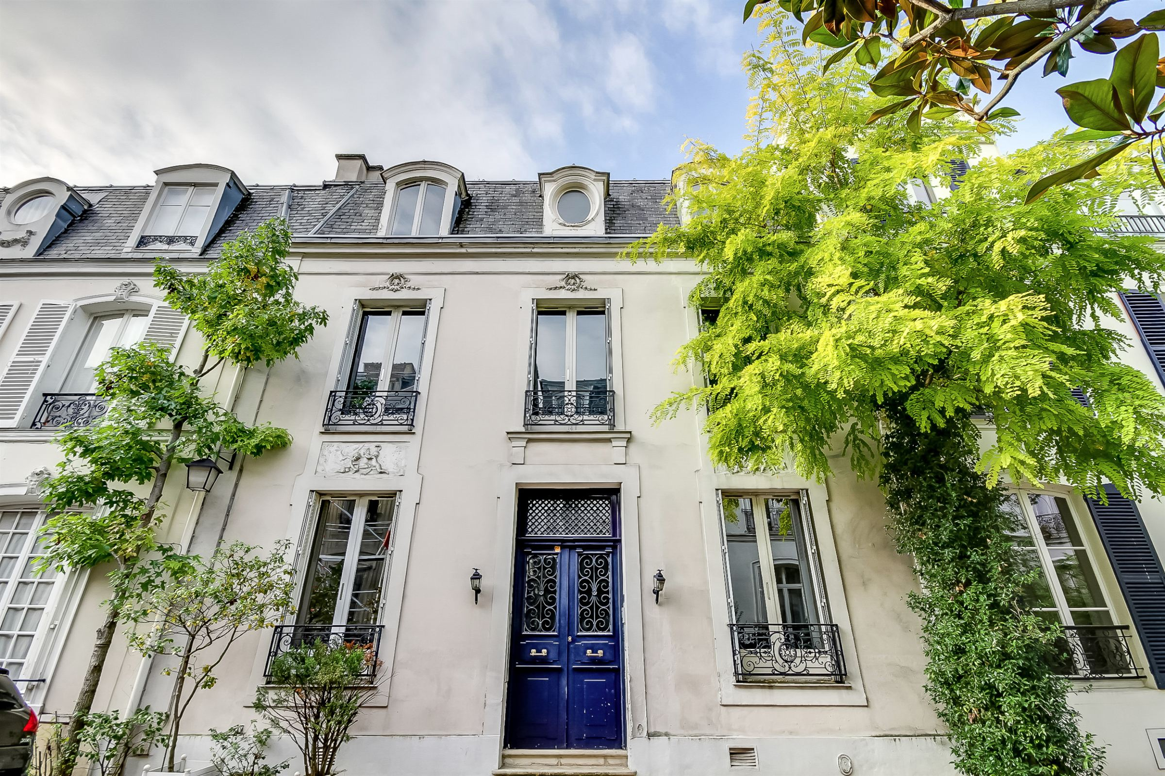Villa per Vendita alle ore Paris 16 - Foch. Private Mansion of 240 sq.m + a 45 sq.m courtyard Paris, Parigi 75016 Francia