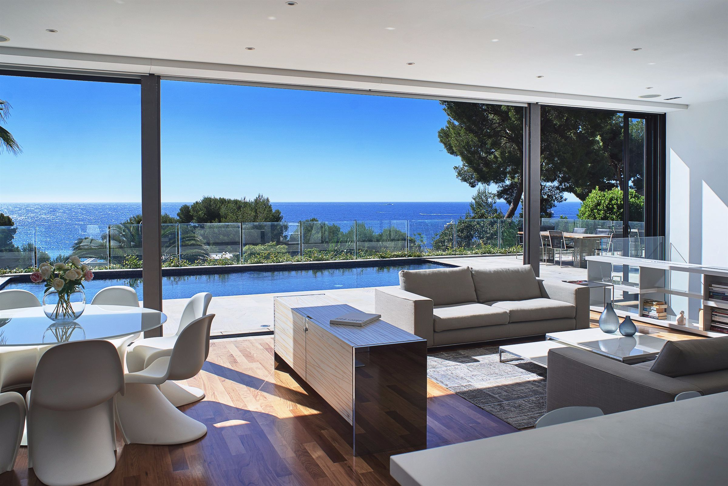 Villa per Vendita alle ore Contemporary Villa for sale in Eze bord de Mer with fantastic sea views Eze, Provenza-Alpi-Costa Azzurra, 06360 Francia