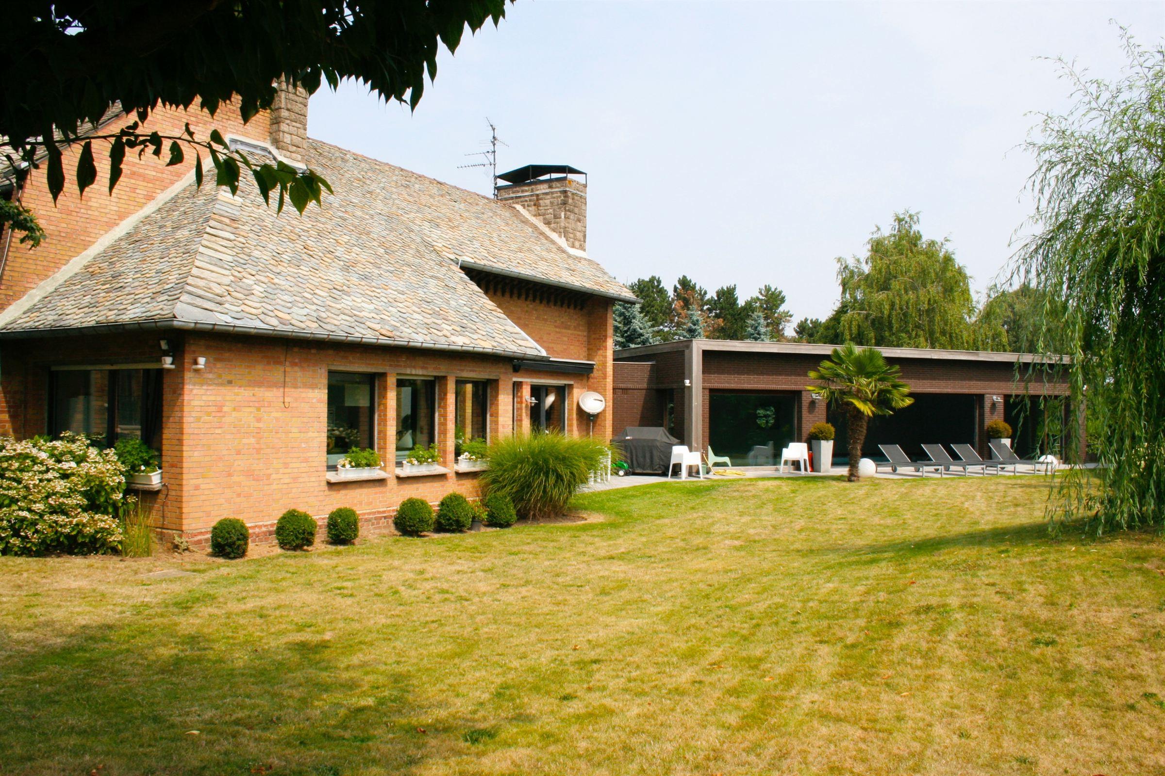 sales property at LESQUIN architectural villa 385 m2 hab. 5 beds