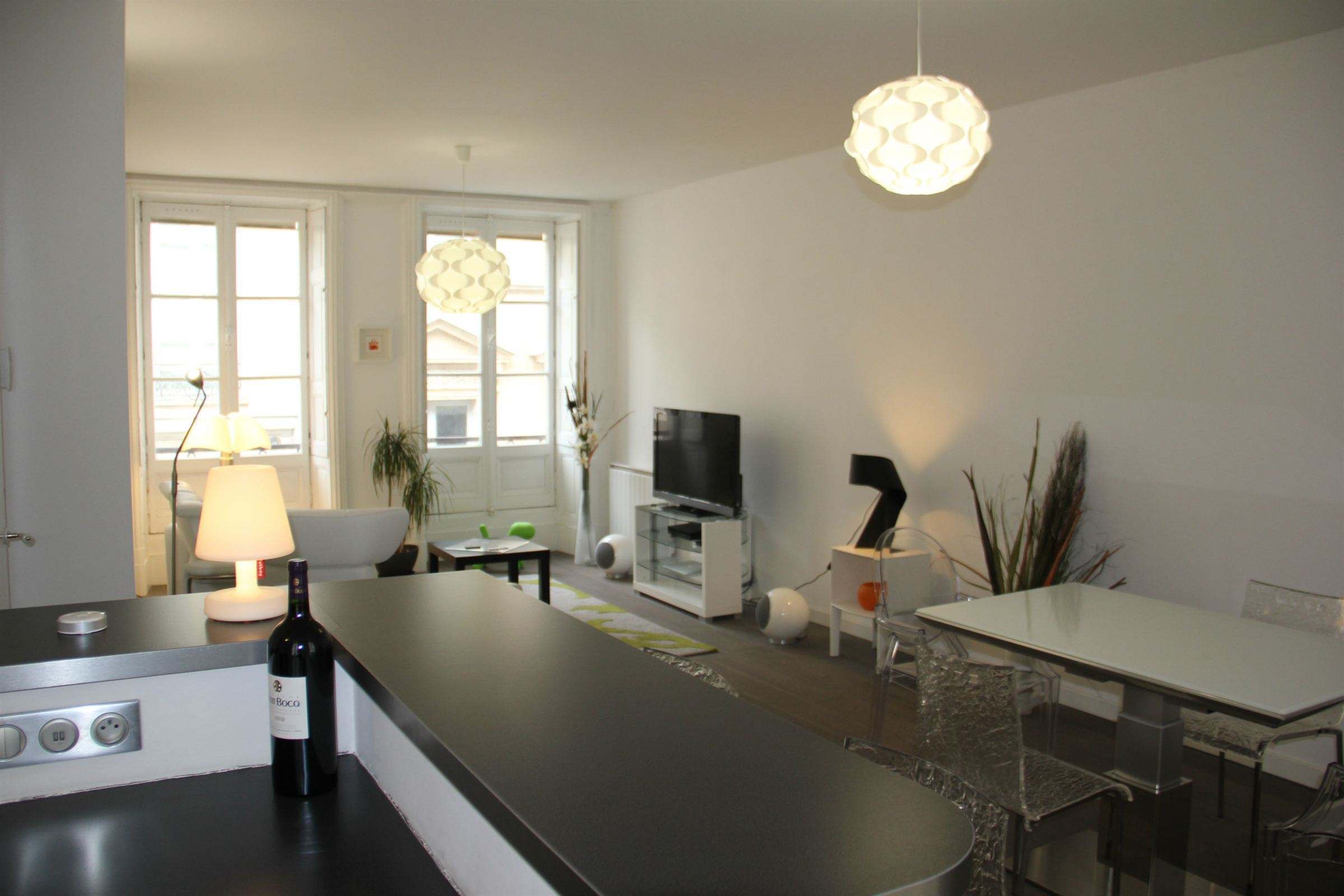 Appartement pour l Vente à BORDEAUX - DOWNTOWN - GOLDEN TRIANGLE - LOVELY 2 BEDROOM APARTMENT Bordeaux, Aquitaine 33000 France