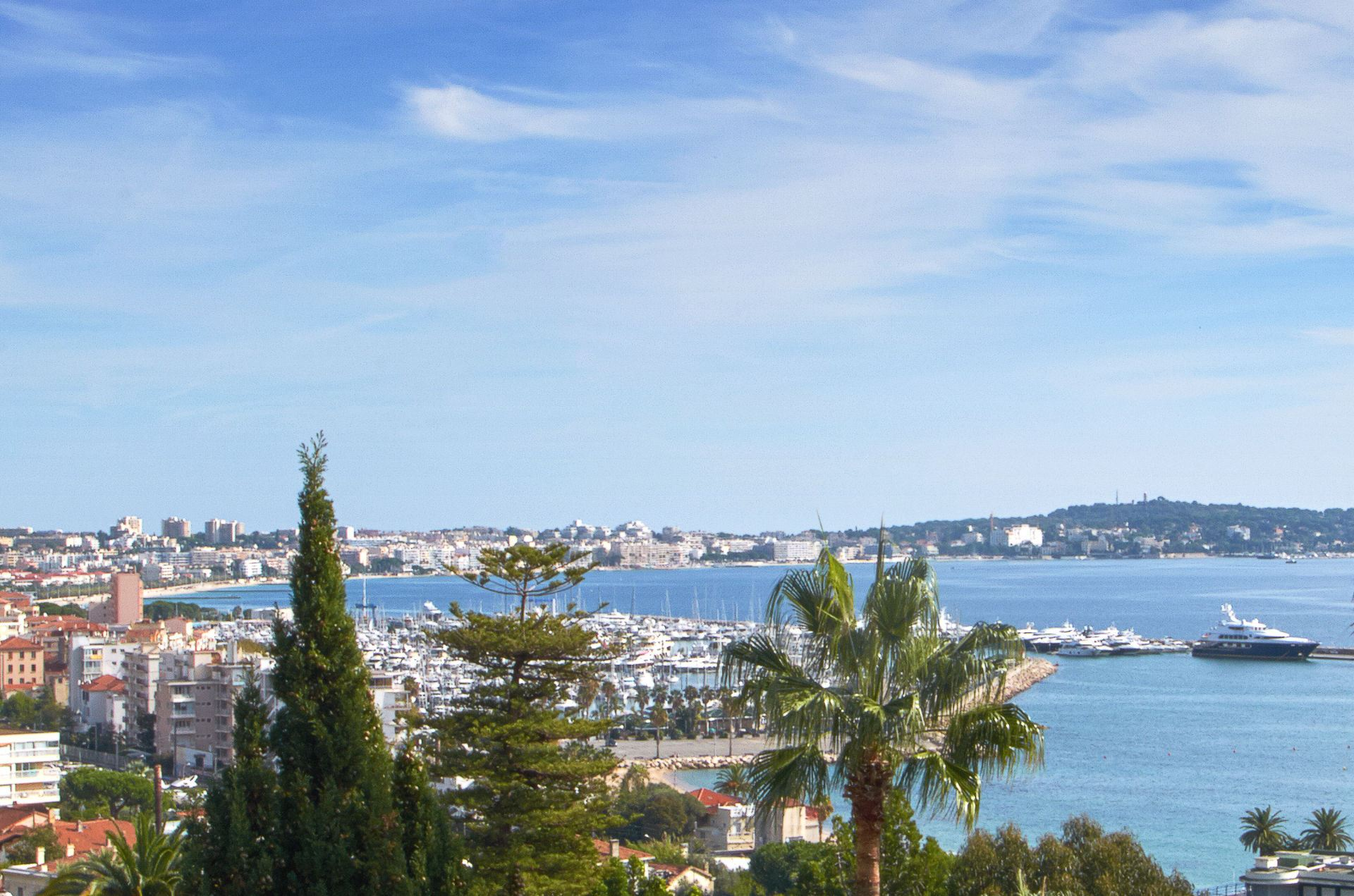 Apartamento para Venda às Sole agent - Lovely villa with beautiful sea views over Cannes & Golf Juan Cannes, Provença-Alpes-Costa Azul, 06400 França