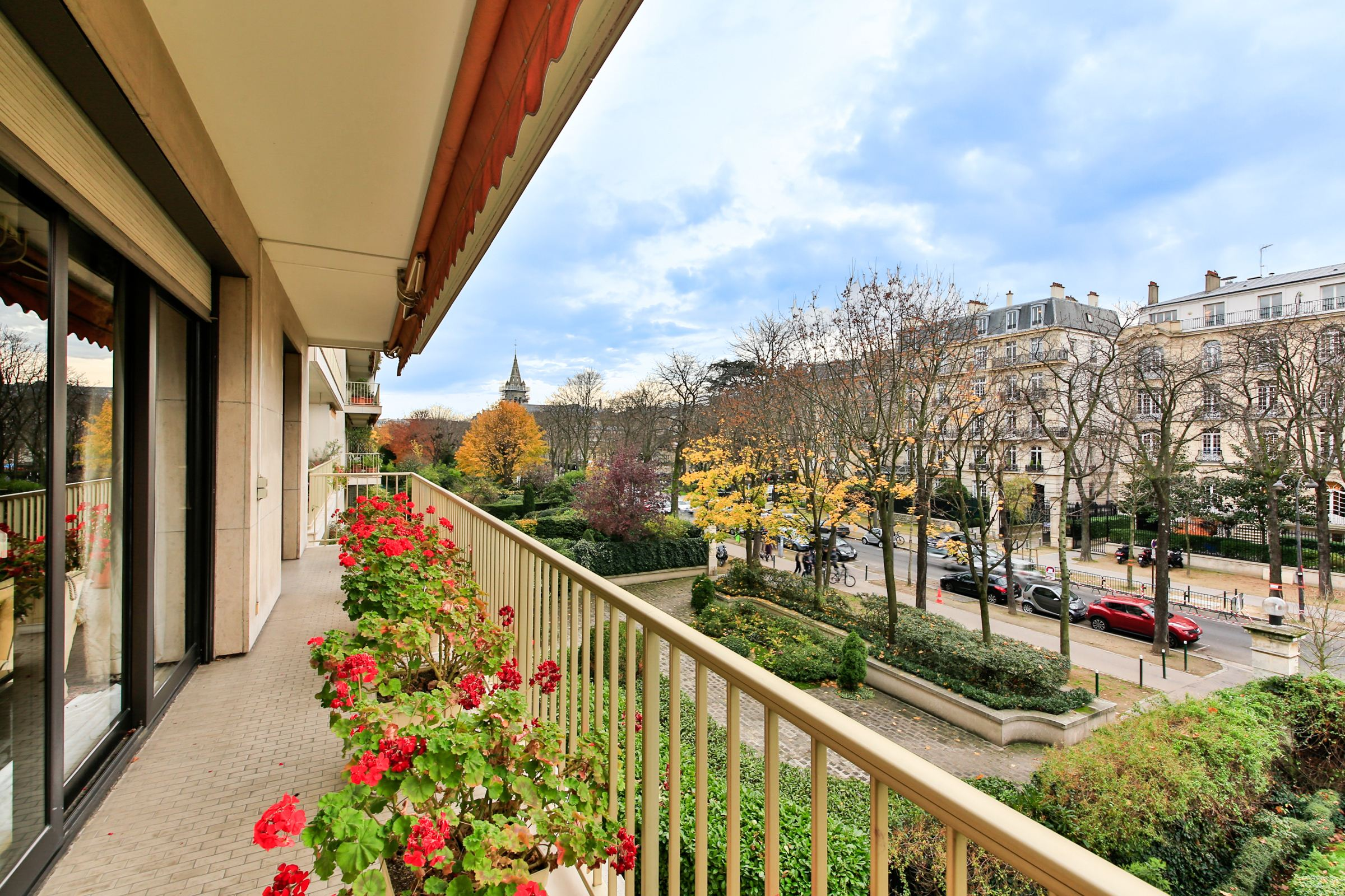 Property For Sale at Neuilly - Pasteur. A 146 sq.m apartment + balcony/terrace of 30 sq.m