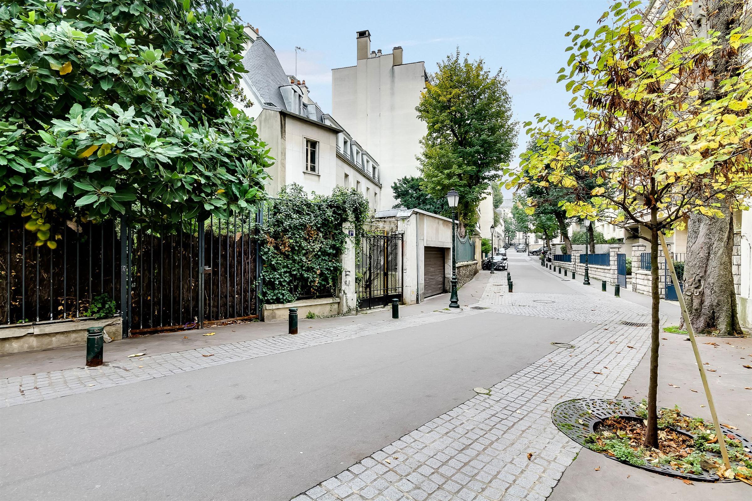 Apartman Dairesi için Satış at Paris 16 - Pied-à-terre 60 sq.m.. Overlooking greenery. Paris, Paris 75116 Fransa