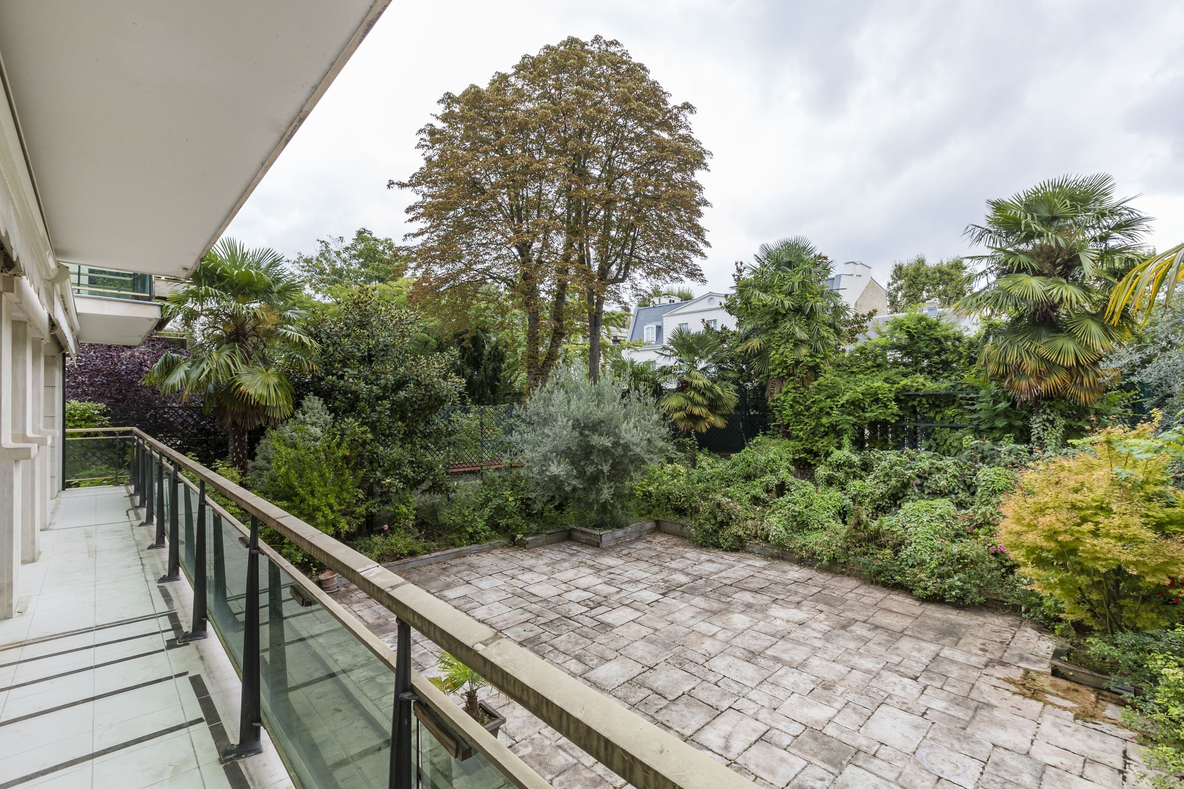 sales property at 92200 - Duplex opening onto a garden terrace
