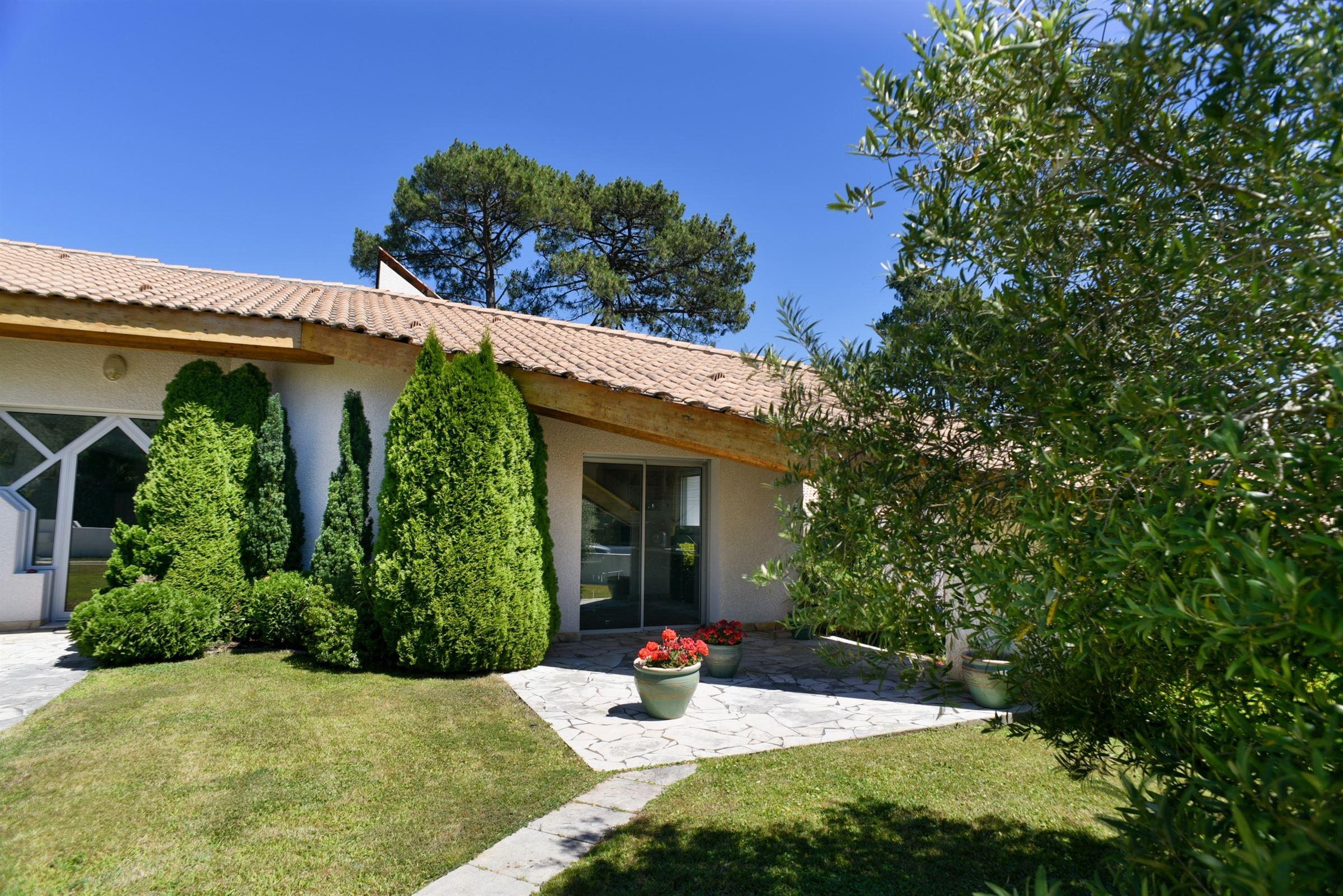 Villa per Vendita alle ore PYLA SUR MER - VILLA WITH SWIMMING POOL Pyla Sur Mer, Aquitania, 33115 Francia