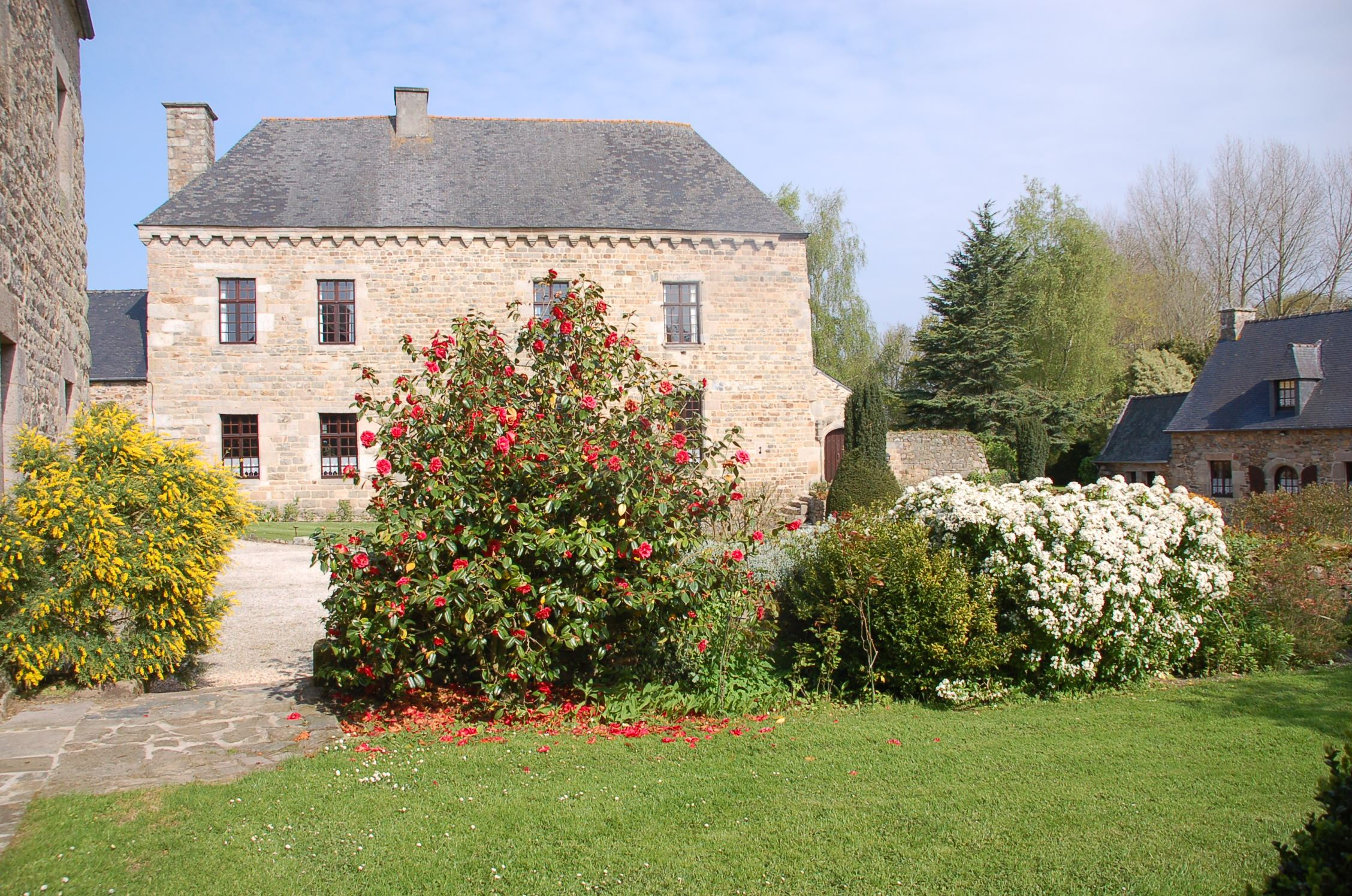 sales property at Manor + guesthouses set in a romantic park of 9 acres near the sea