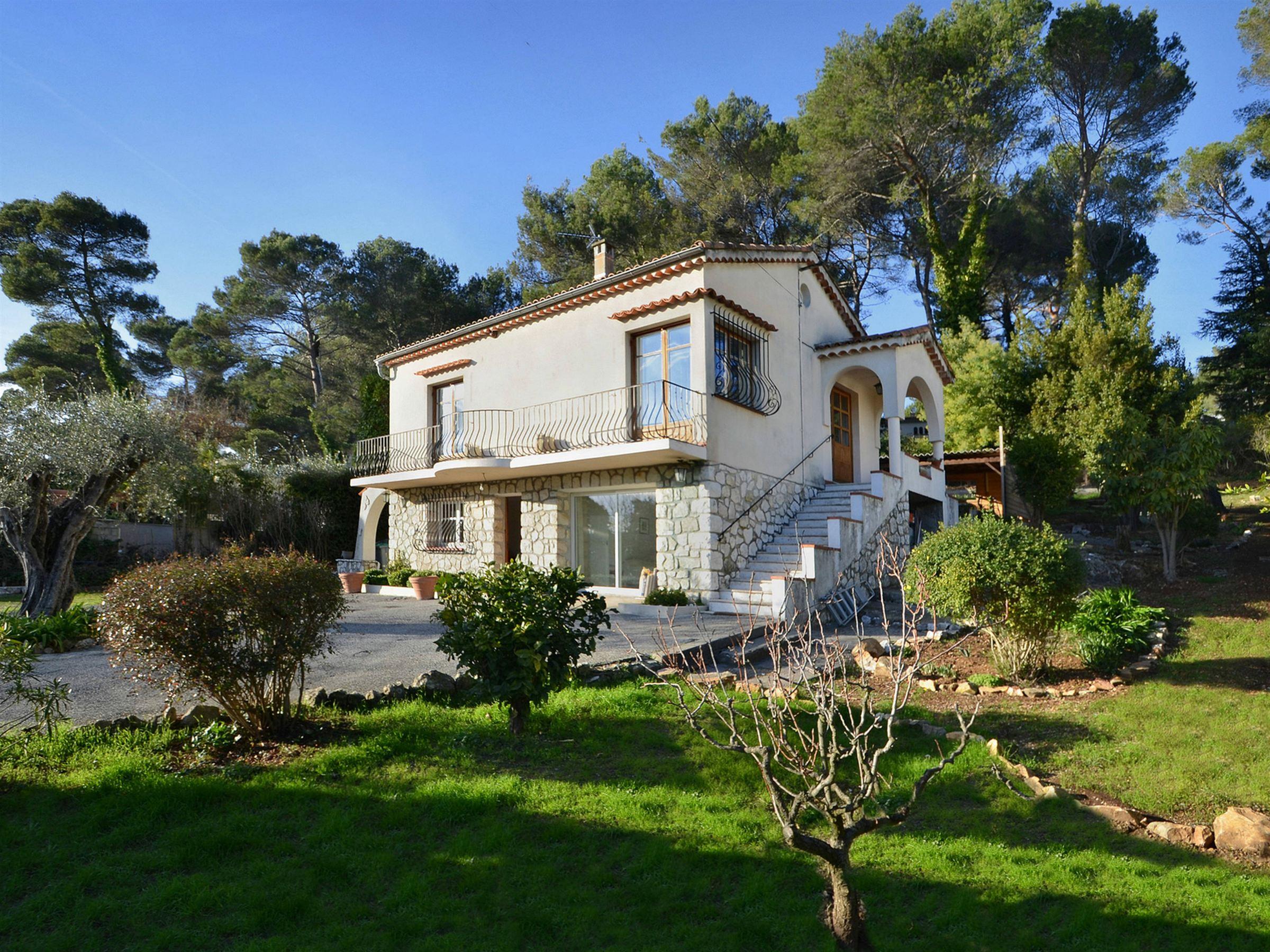 Villa per Vendita alle ore Mougins, villa for sale in a private estate close to the golf Mougins, Provenza-Alpi-Costa Azzurra 06250 Francia