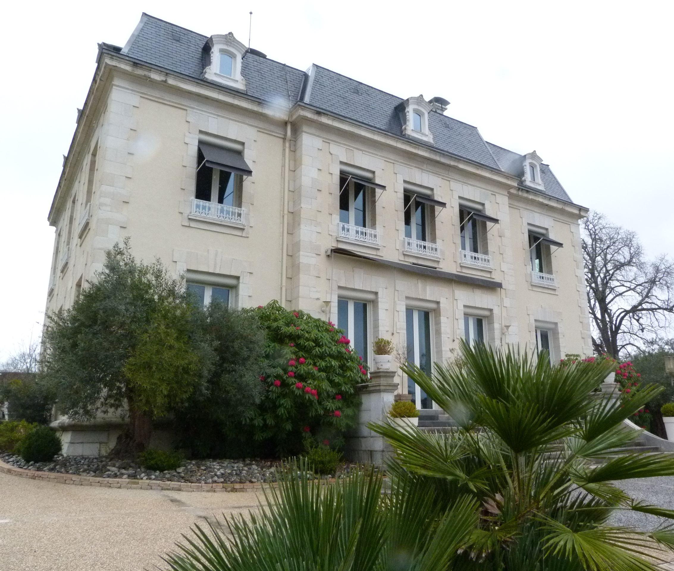 Property For Sale at PROXIMITE DE PAU - MAGNIFIQUE CHATEAU EN EXCELLENT ETAT- VUE PYRENEES