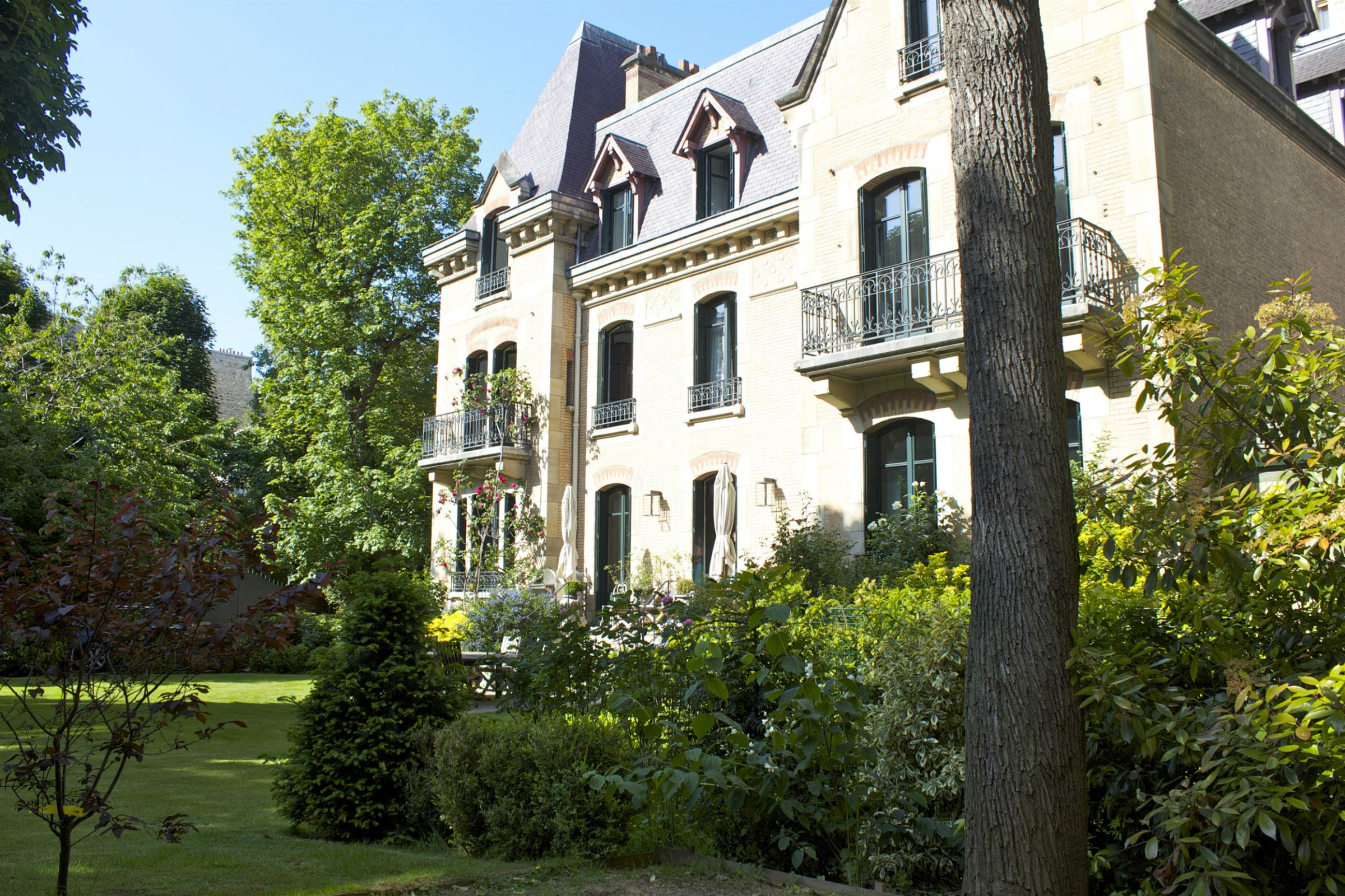 Casa Unifamiliar por un Venta en Paris 17 - Ternes. Private Mansion 750 sq.m.. South-West exposure. Paris, Paris 75017 Francia