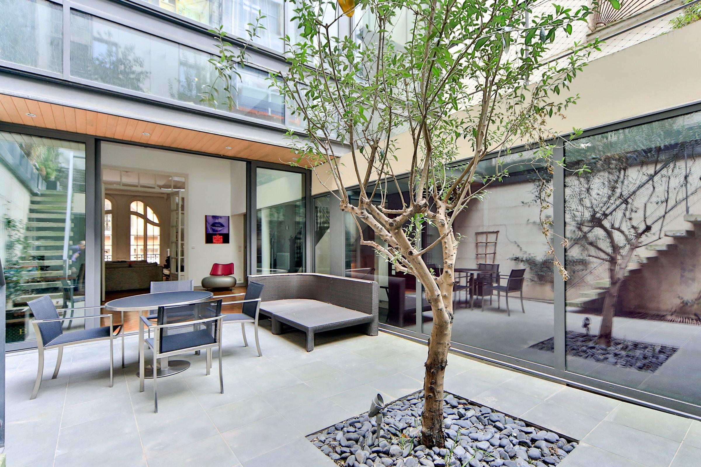 Casa Unifamiliar por un Venta en Paris 17 - Plaine Monceau. A 350 sq.m Private Mansion + patio + terraces Paris, Paris 75017 Francia