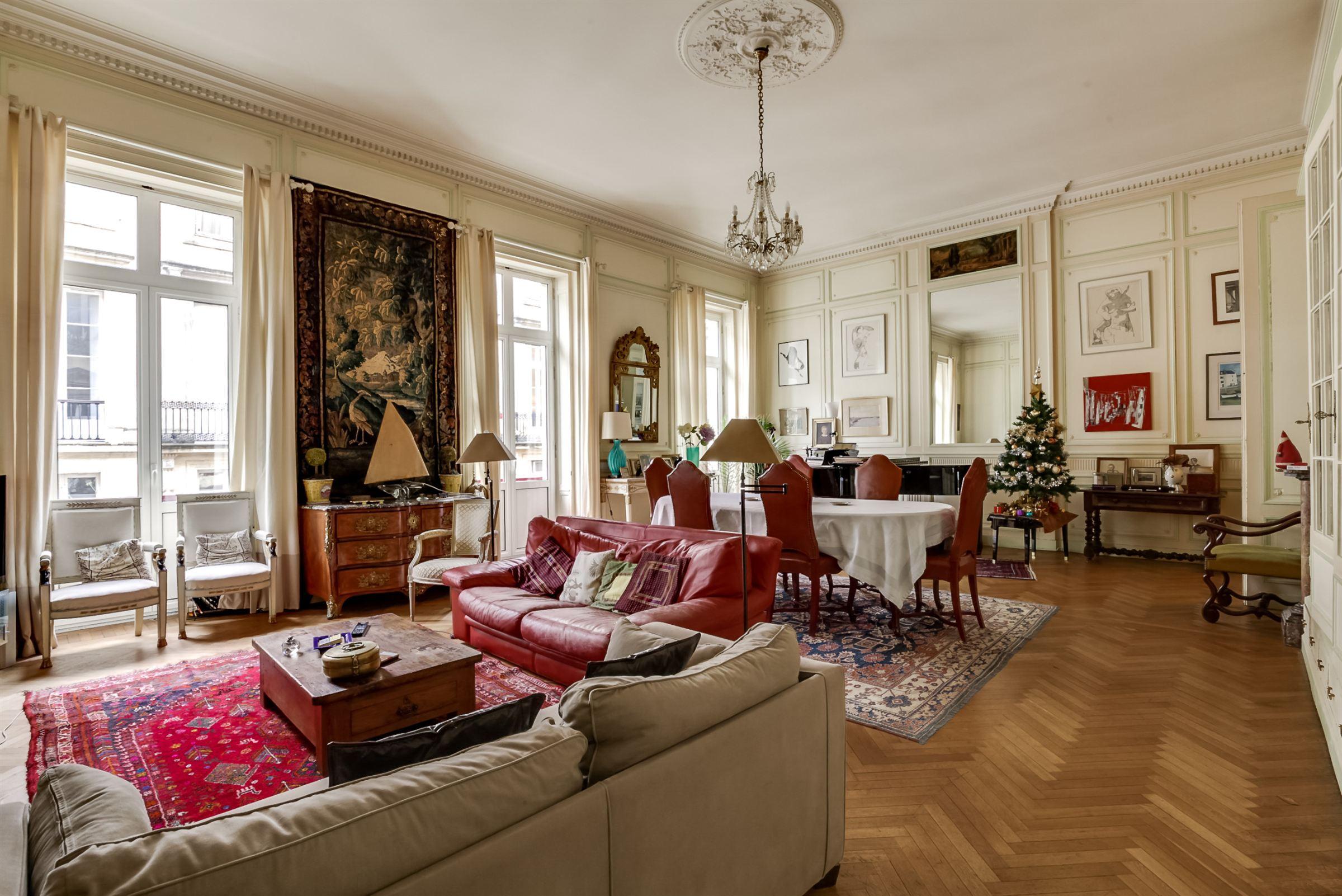 アパート のために 売買 アット BORDEAUX DOWNTOWN - RARE 18TH CENTURY APARTMENT WITH INDEPENDENT STUDIO Bordeaux, アキテーヌ, 33000 フランス