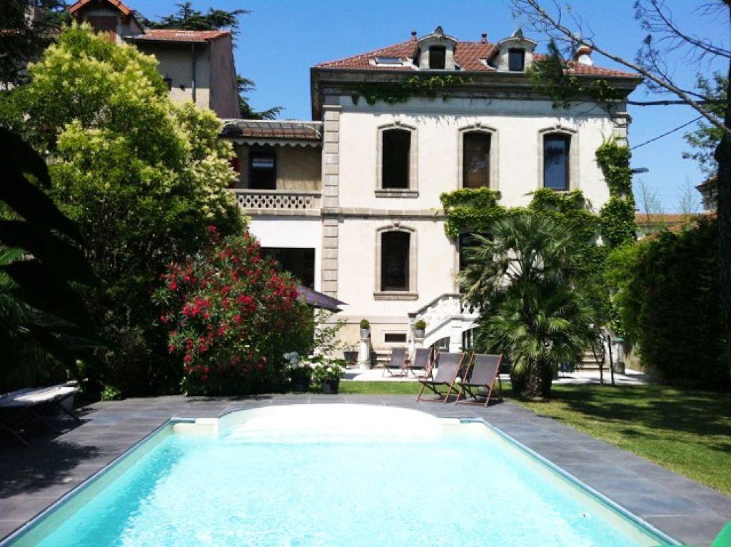 sales property at SUPERBE MAISON DE VILLE ANCIENNE AVEC PISCINE ET JARDIN