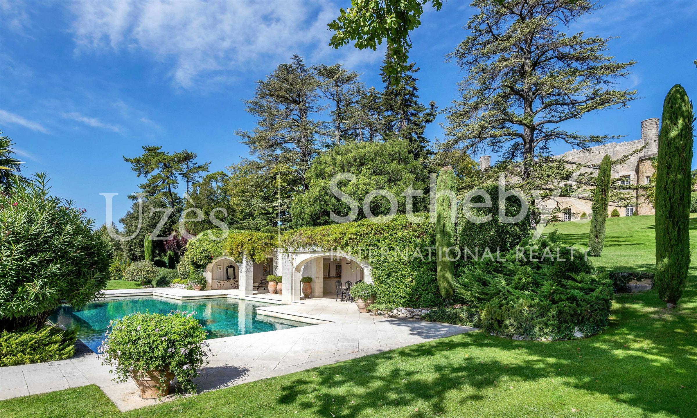 Einfamilienhaus für Verkauf beim LUXURIOUS CHATEAU, UZES Uzes, Languedoc-Roussillon, 30700 Frankreich