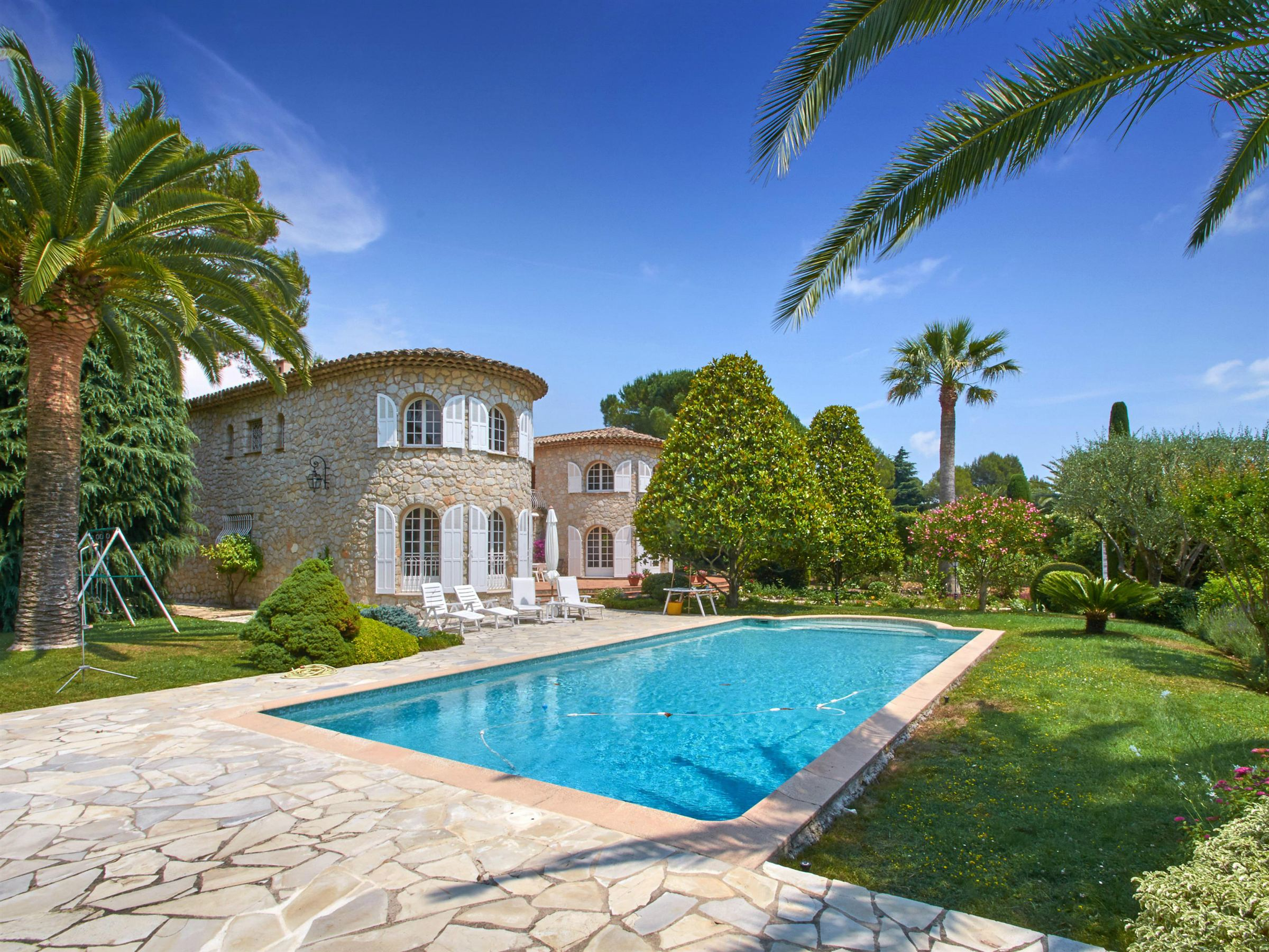 Vivienda unifamiliar por un Venta en Located in a Private Estate - charming stone house Mougins, Provincia - Alpes - Costa Azul 06250 Francia