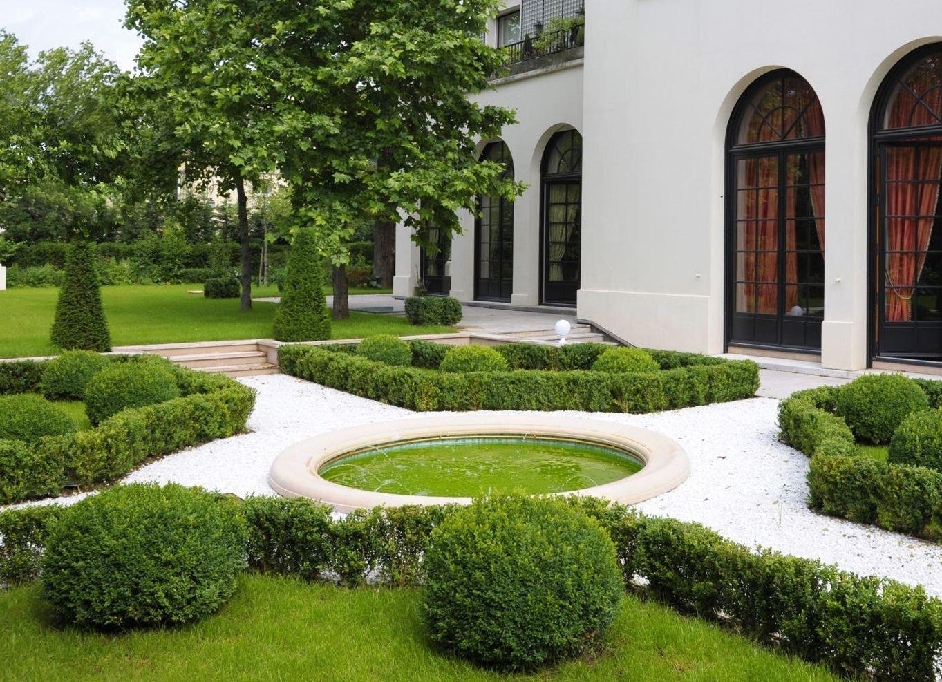 Casa Unifamiliar por un Venta en A 3200 sq.m Private Mansion with garden for sale, Neuilly - Bois de Boulogne Neuilly Sur Seine, Ile-De-France, 92200 Francia