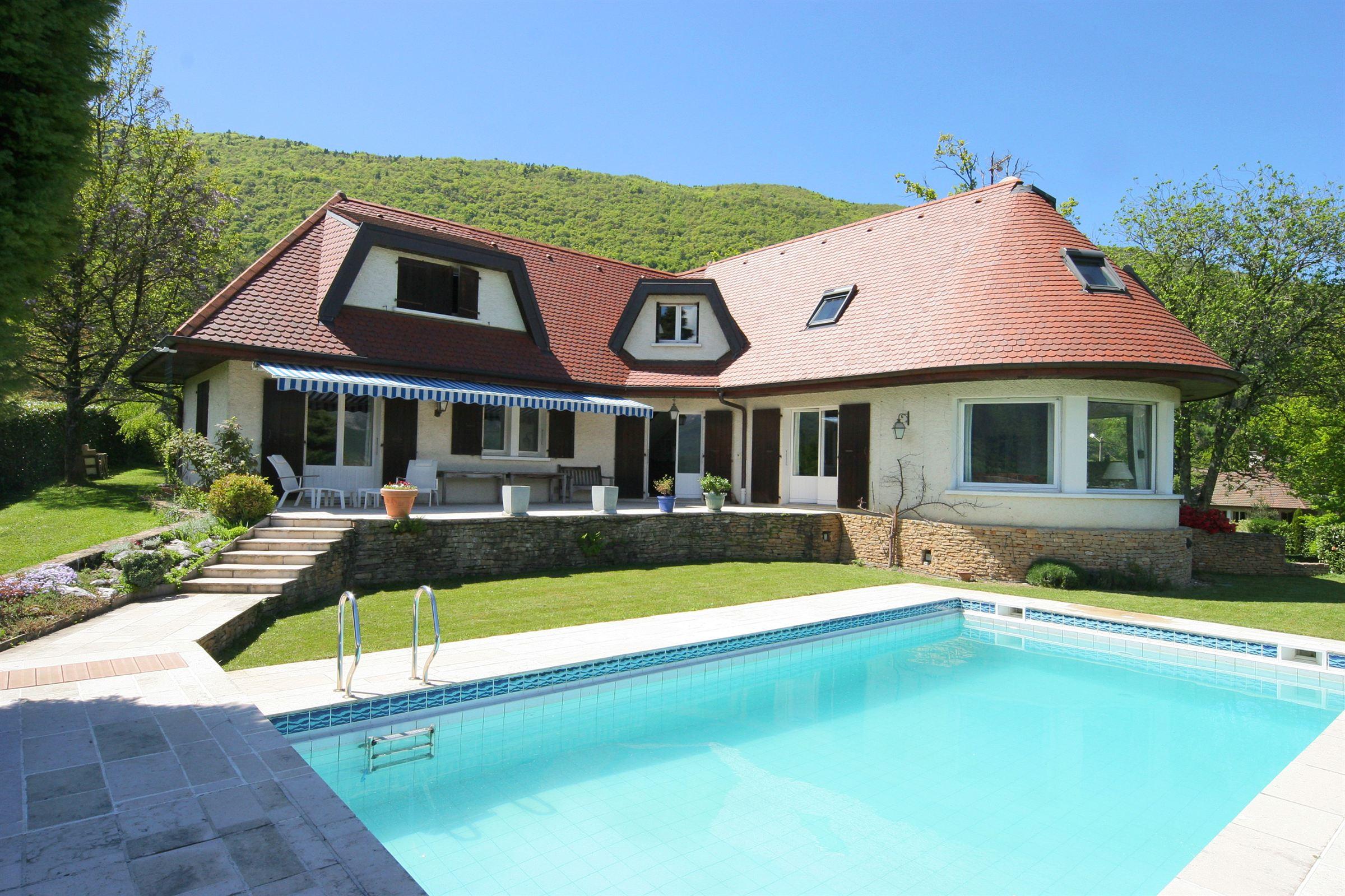 Villa per Vendita alle ore High-quality villa overlooking the lake with chalet and swimming pool Sevrier, Rodano-Alpi, 74320 Francia