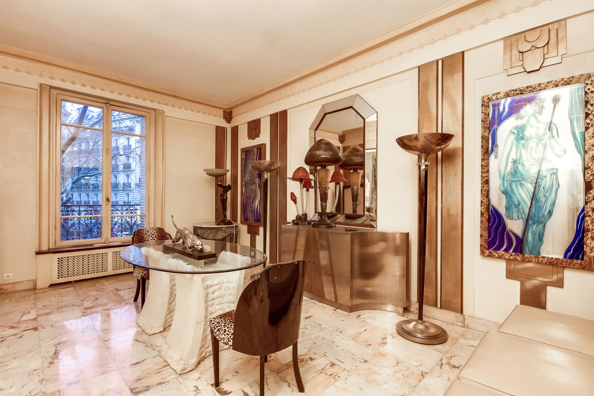 sales property at Paris 8 - Monceau Park. 198 sq.m. apartment, beautiful volumes.