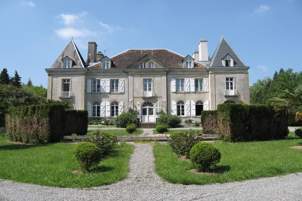 sales property at 19th century castle in South Britanny, dependences, swimming pool.