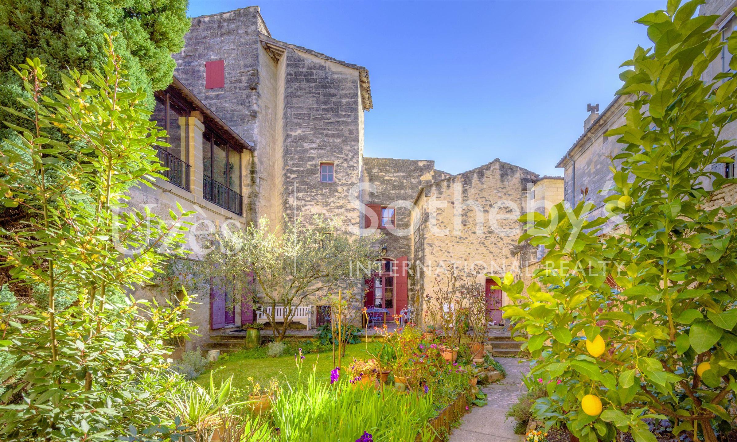 Einfamilienhaus für Verkauf beim Mansion Uzes, Languedoc-Roussillon, 30700 Frankreich