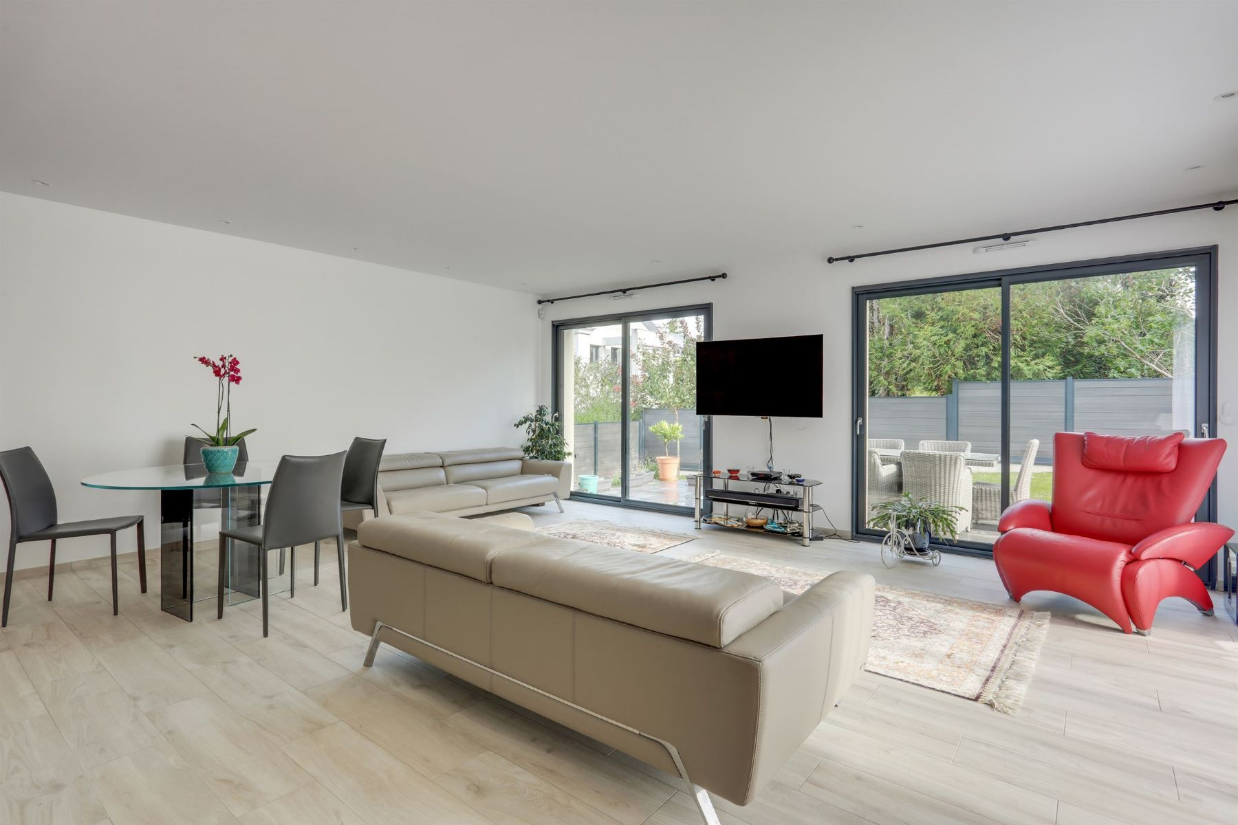 Single Family Homes for Active at Magnificent contemporary mansion in Rueil-Malmaison Rueil Malmaison, Ile-De-France 92500 France