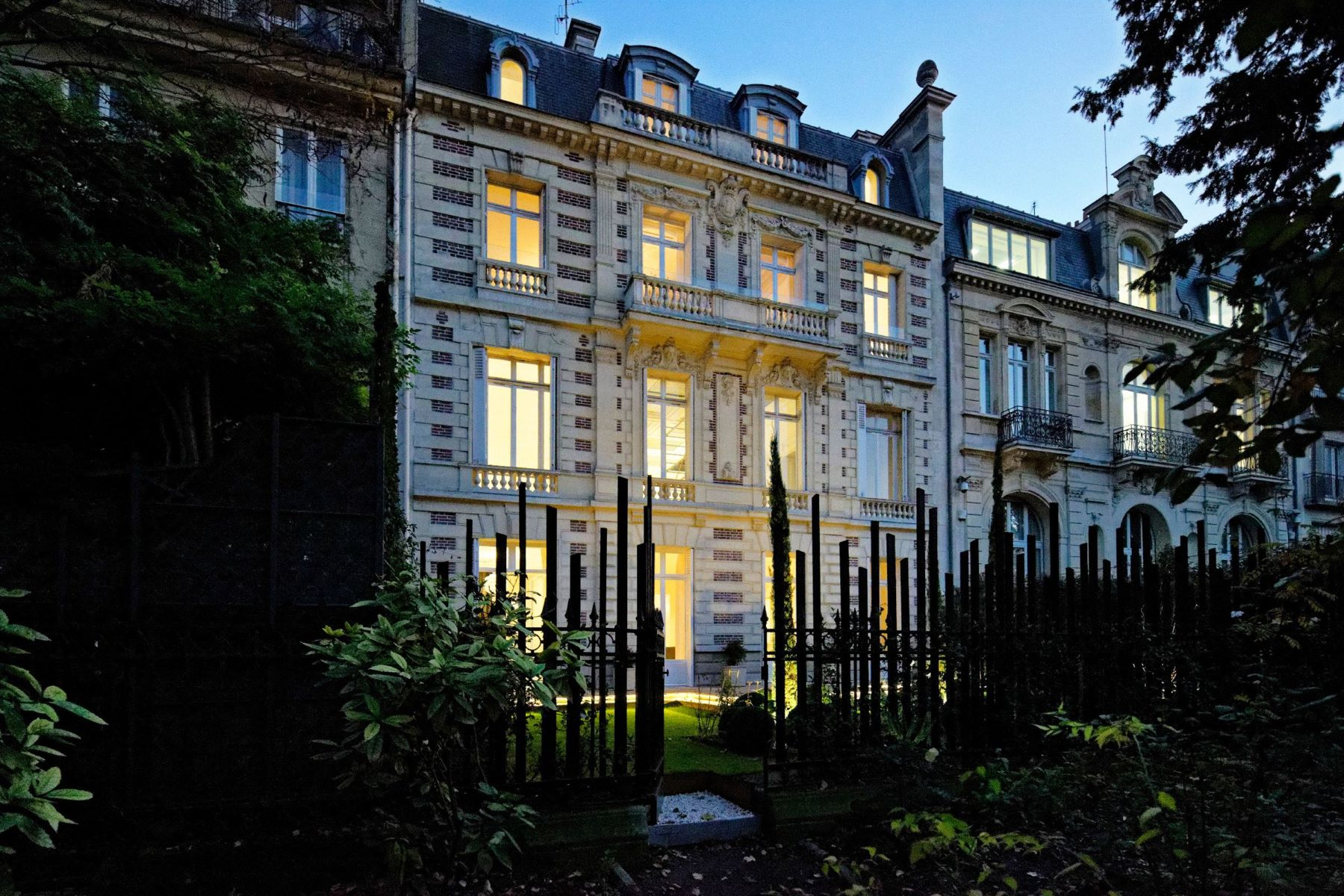 Casa Unifamiliar por un Venta en A 600 sq.m Private Mansion for sale, Paris 8 - Parc Monceau Paris, Ile-De-France, 75008 Francia