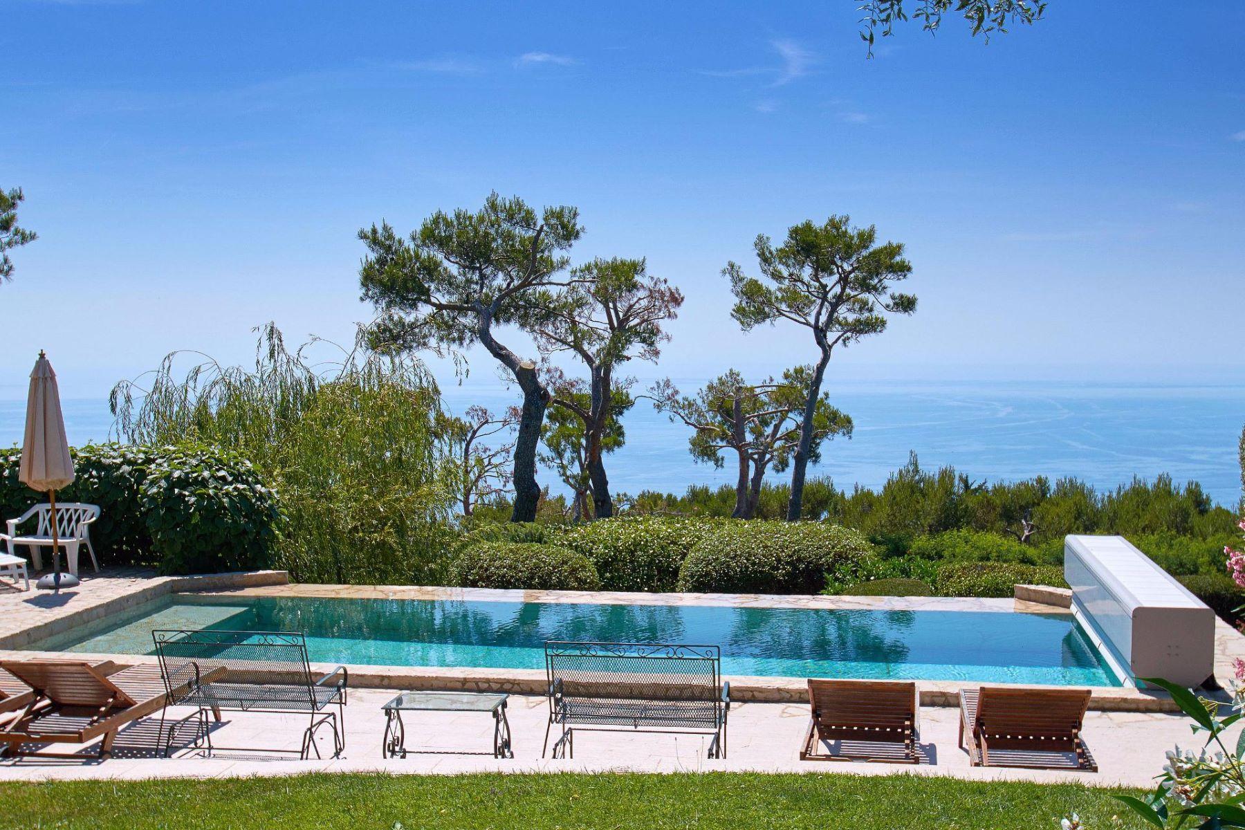 Single Family Homes por un Venta en Beautiful villa in a private estate with panoramic views to the sea Eze, Provincia - Alpes - Costa Azul 06360 Francia