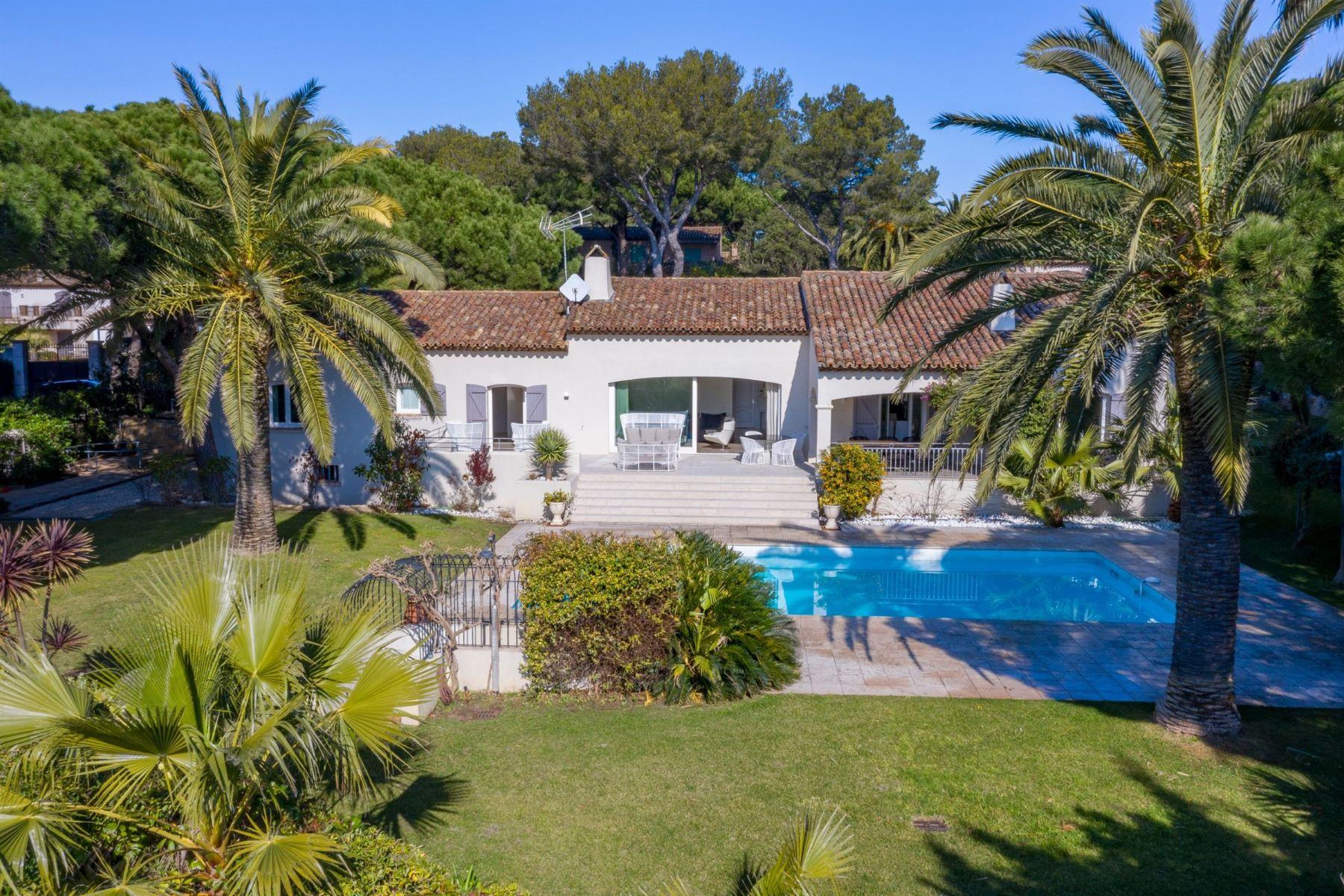 Single Family Homes por un Venta en For sale, charming mediterranean villa with access to the beach Ramatuelle, Provincia - Alpes - Costa Azul 83350 Francia