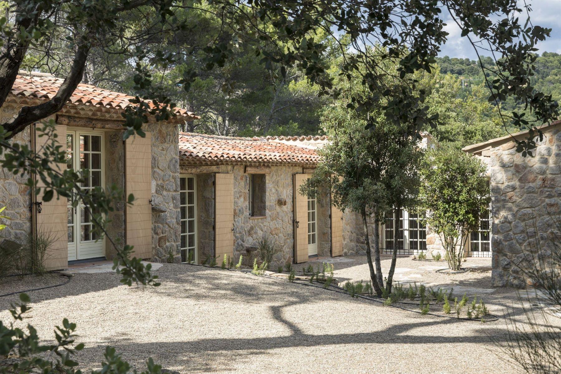 Single Family Homes por un Venta en EXCLUSIVE: RENOVATED FAMILY HOUSE Tourtour, Provincia - Alpes - Costa Azul 83690 Francia