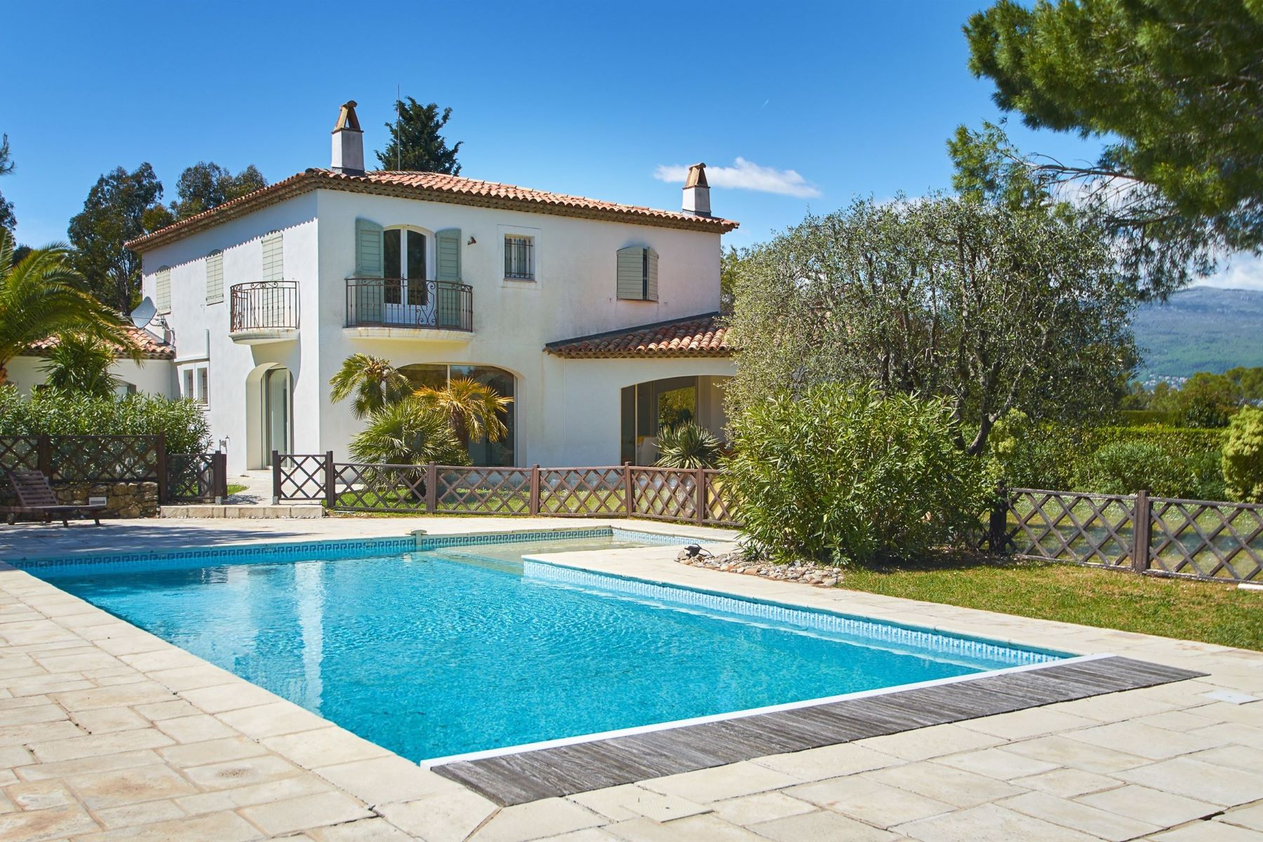 Single Family Homes por un Venta en Sole agents - Luxury villa for sale on the Hill of Castellaras Mouans Sartoux, Provincia - Alpes - Costa Azul 06370 Francia