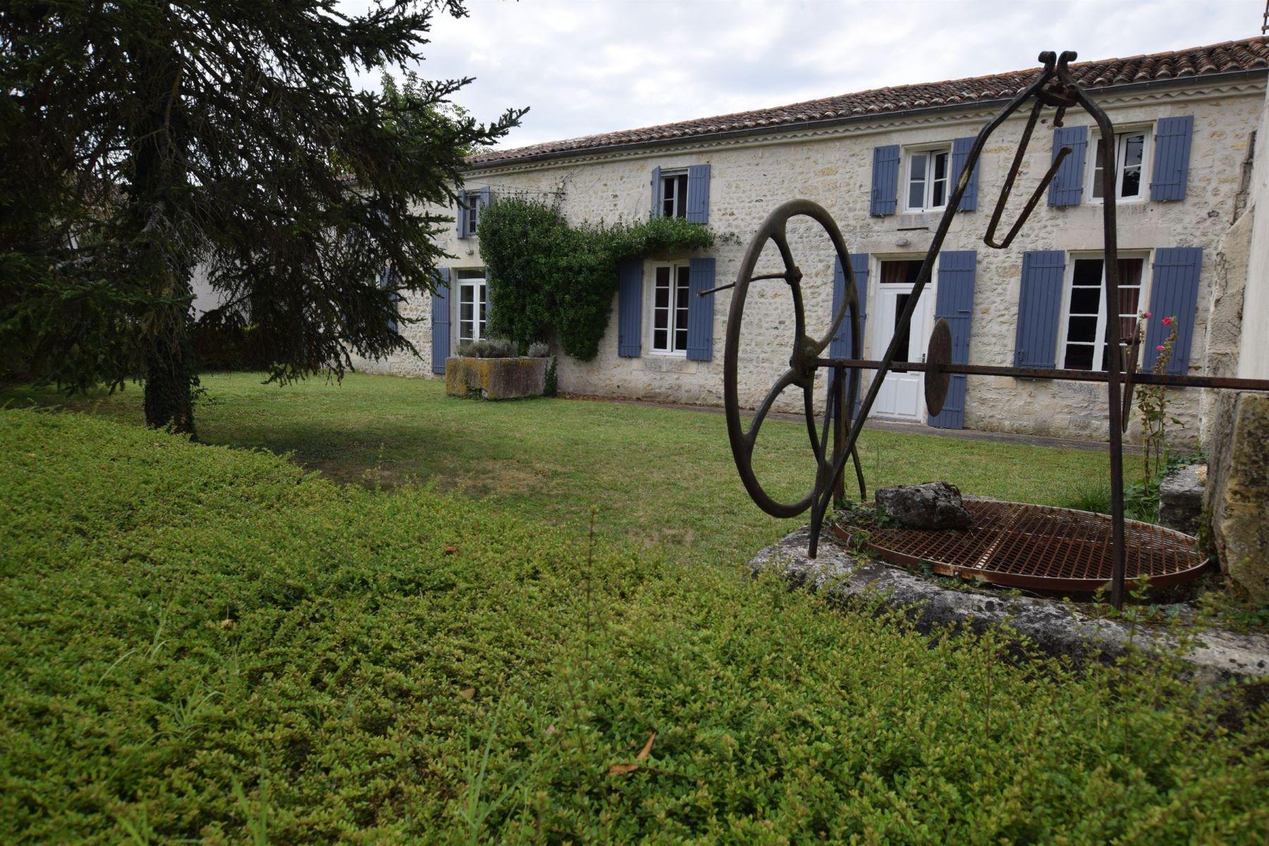 Casa Unifamiliar por un Venta en Stone Charentaise house with swimming pool Cozes, Poitou-Charentes, 17120 Francia