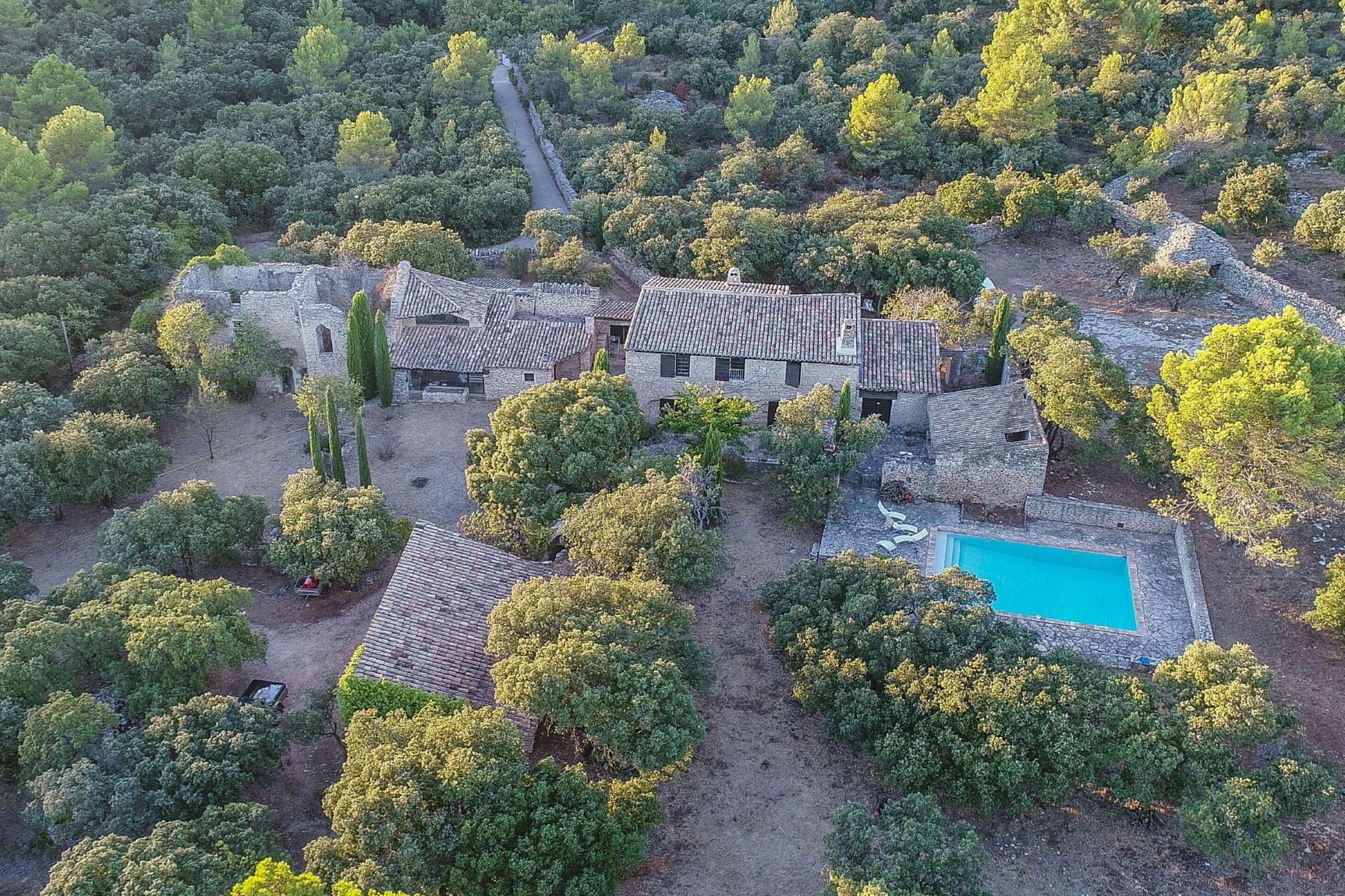Single Family Homes por un Venta en Stone property nestled in nature Gordes, Provincia - Alpes - Costa Azul 84220 Francia