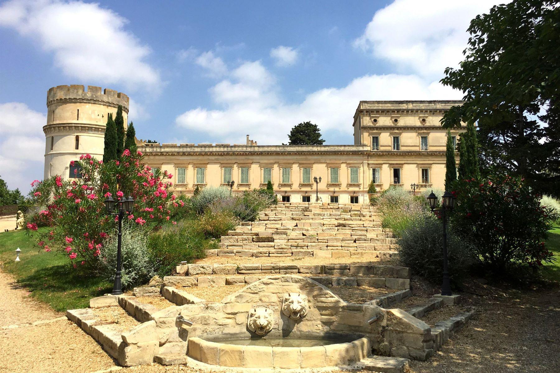 Single Family Homes por un Venta en 10km from Arles, a castle in Provence Arles, Provincia - Alpes - Costa Azul 13200 Francia