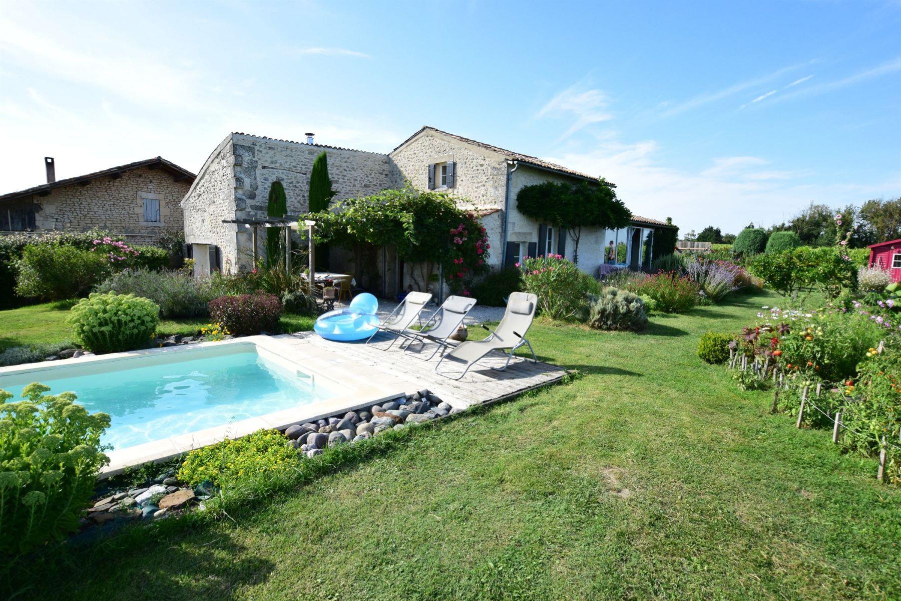 Maison unifamiliale pour l à vendre à Charentaise house with pool Mortagne Sur Gironde, Poitou-Charentes, 17120 France