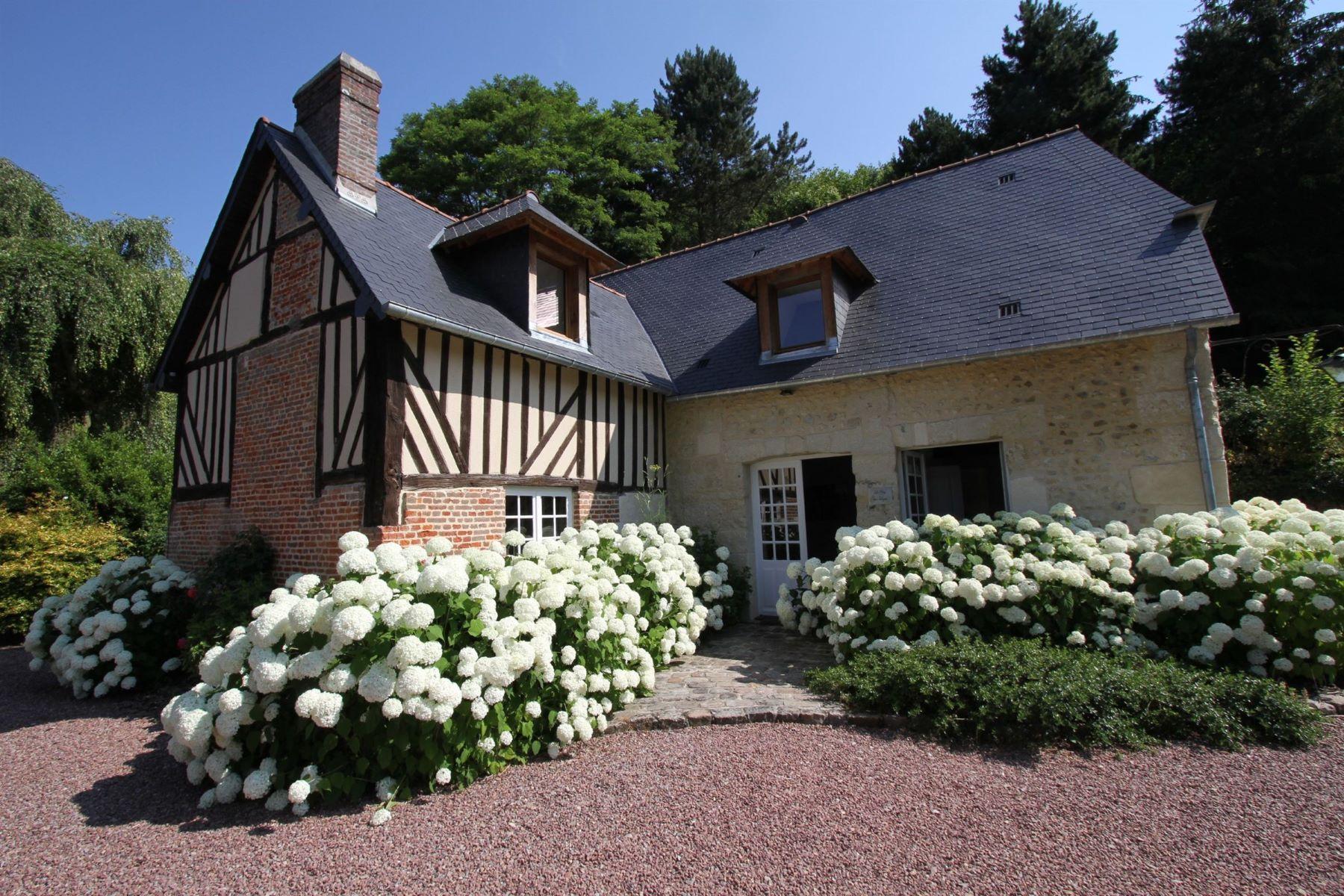 Single Family Homes por un Venta en Normandy, Calvados, Near Livarot, Property of 1.6 hectares Livarot, Baja Normandia 14140 Francia