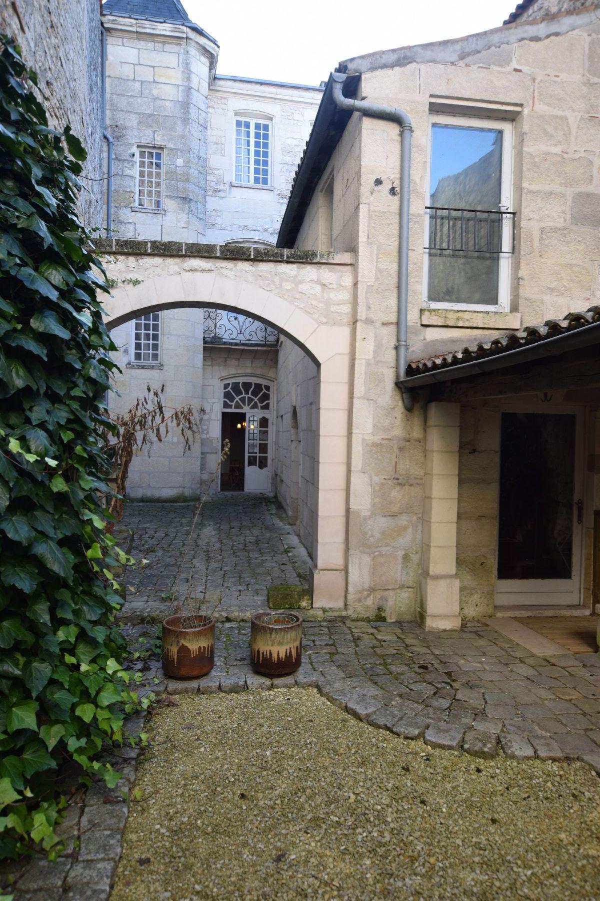 联栋屋 为 销售 在 Town house - center of SAINTES 圣特斯, 普瓦图夏朗德, 17100 法国