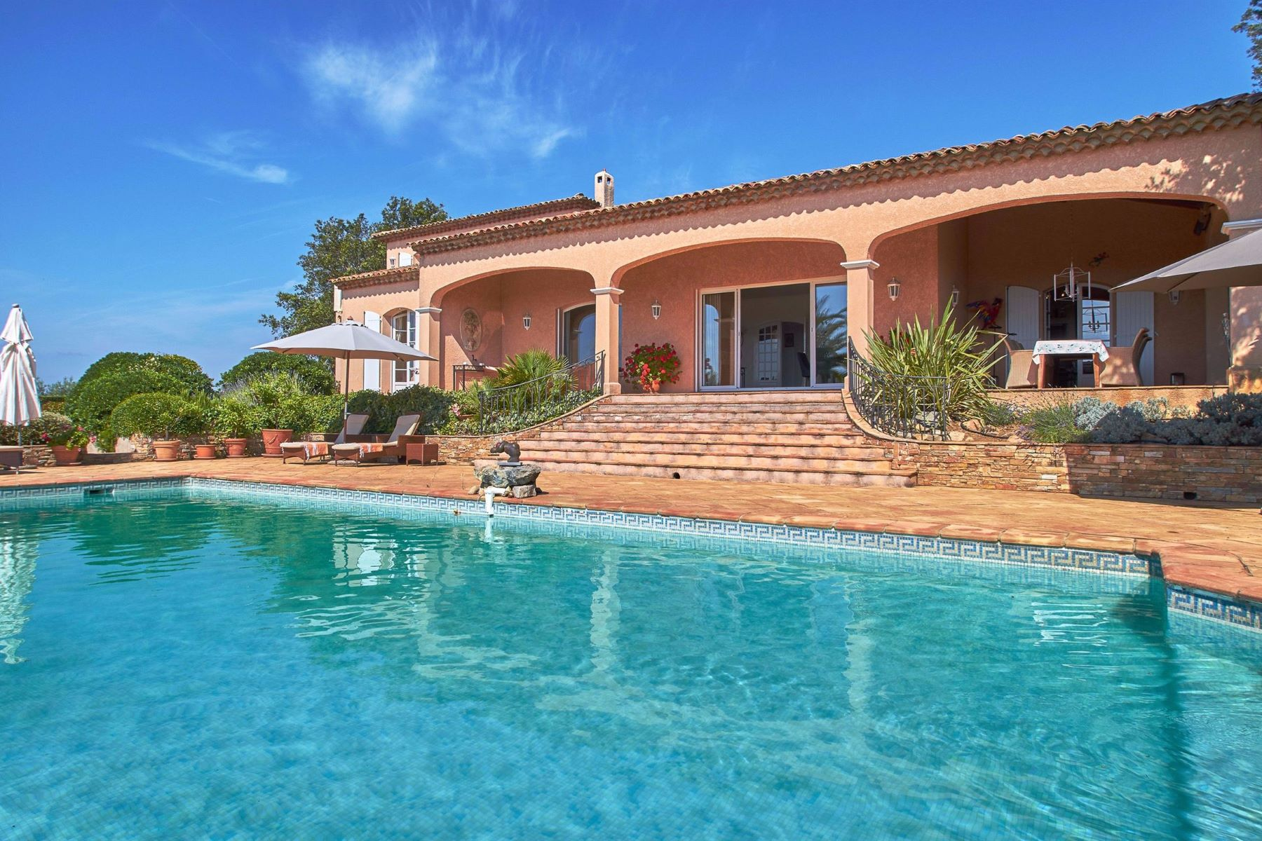 Single Family Homes por un Venta en Mediterranean-style villa for sale in Grimaud, sea views Grimaud, Provincia - Alpes - Costa Azul 83310 Francia