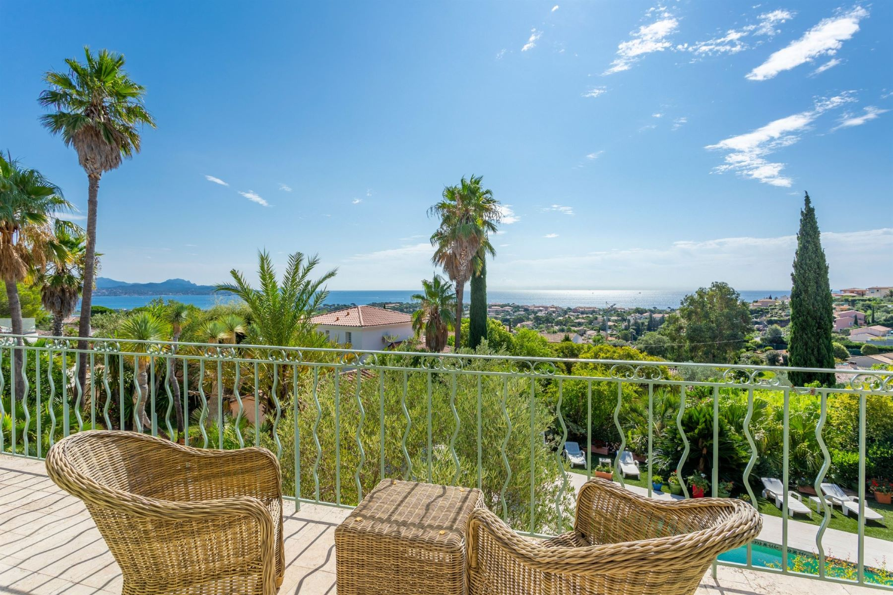 Single Family Homes por un Venta en Saint-Aygulf, beautiful provencal home with panoramic views over the bay Saint Aygulf, Provincia - Alpes - Costa Azul 83370 Francia