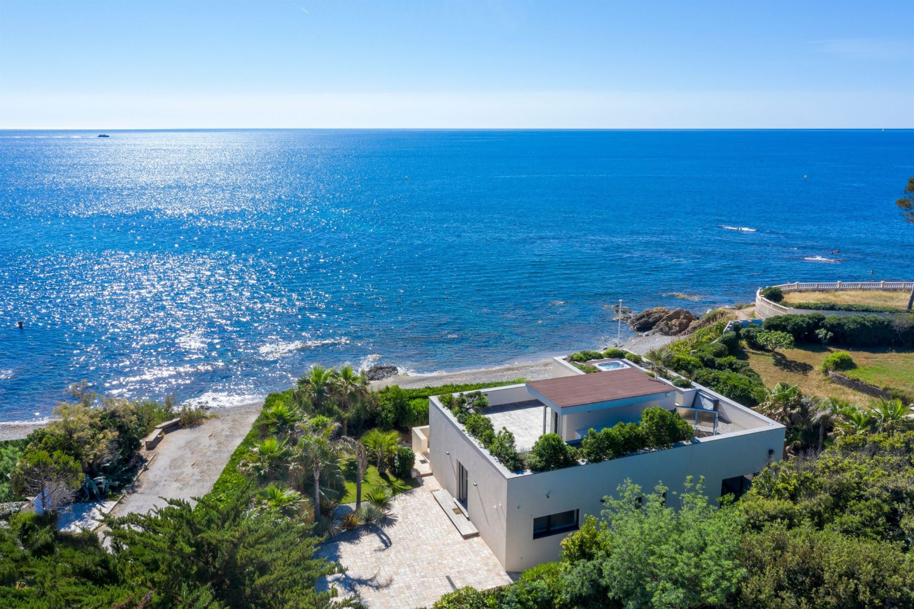 Single Family Homes por un Venta en For sale - Waterfront contemporary luxury villa between Cannes and Saint-Tropez Saint Aygulf, Provincia - Alpes - Costa Azul 83370 Francia